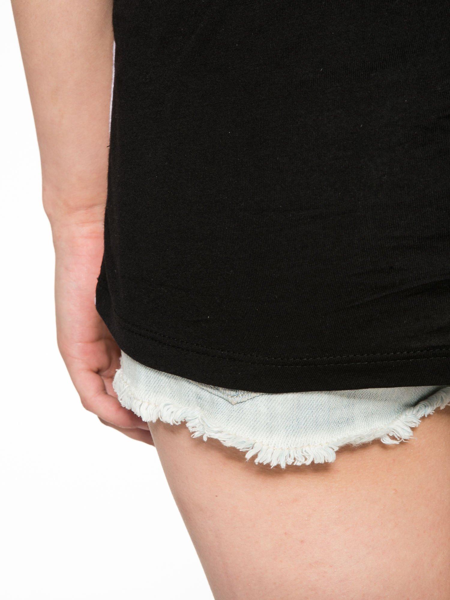 Biało-czarny t-shirt z nadrukiem piórek zdobionych dżetami                                  zdj.                                  11