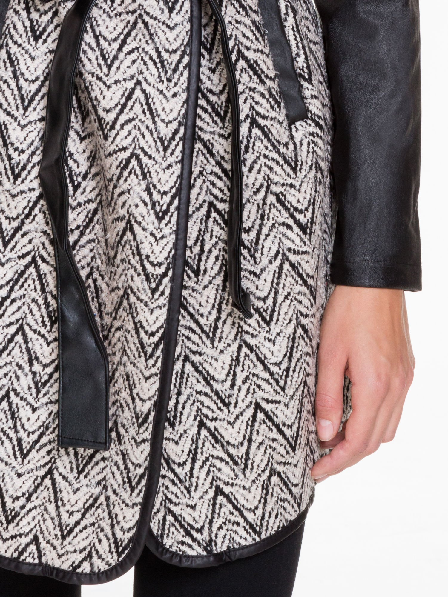 Biało-czarny wzorzysty wełniany płaszcz ze skórzanymi rękawami                                  zdj.                                  6