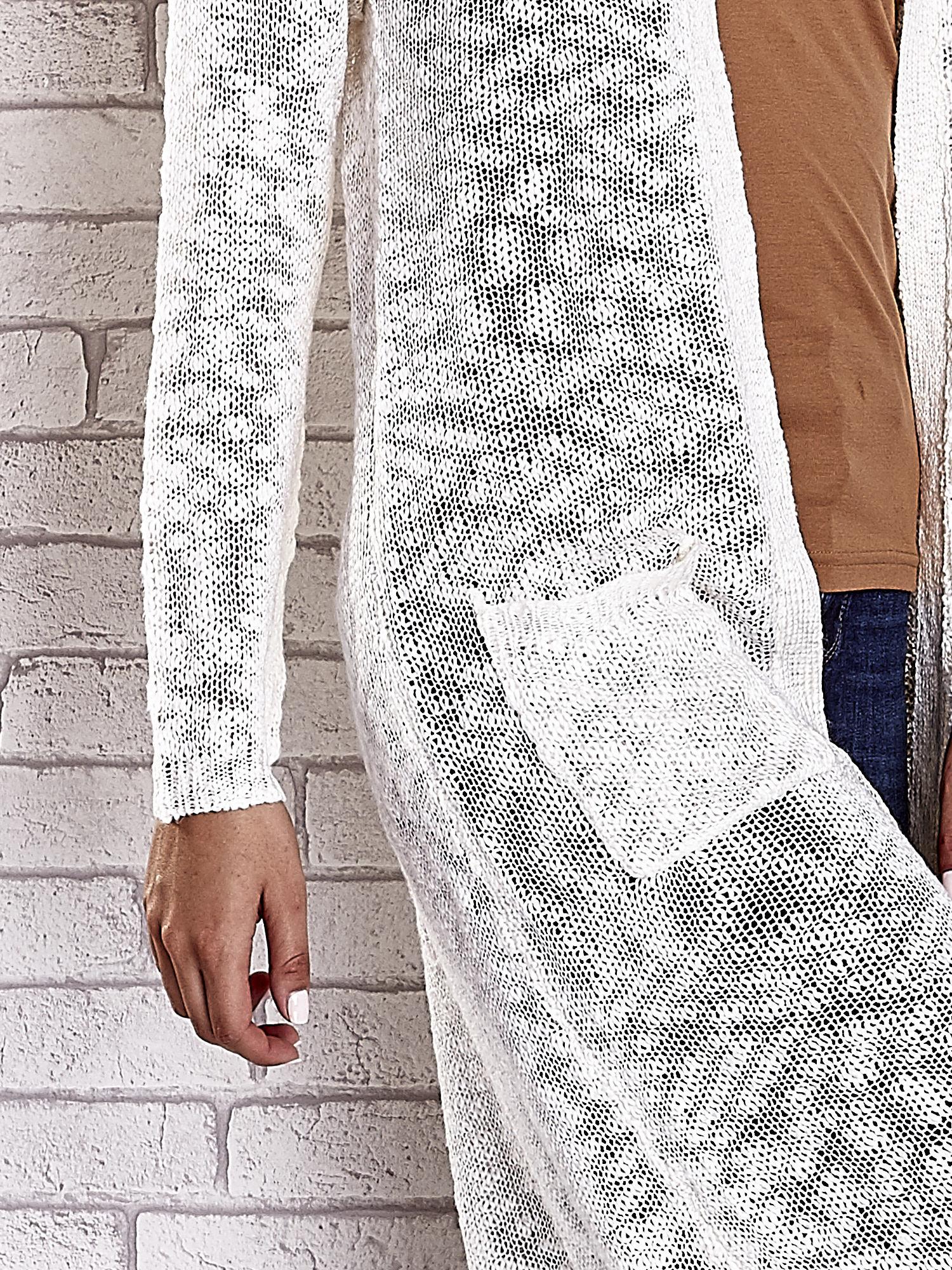 Biały ażurowany sweter z kieszeniami                                  zdj.                                  6