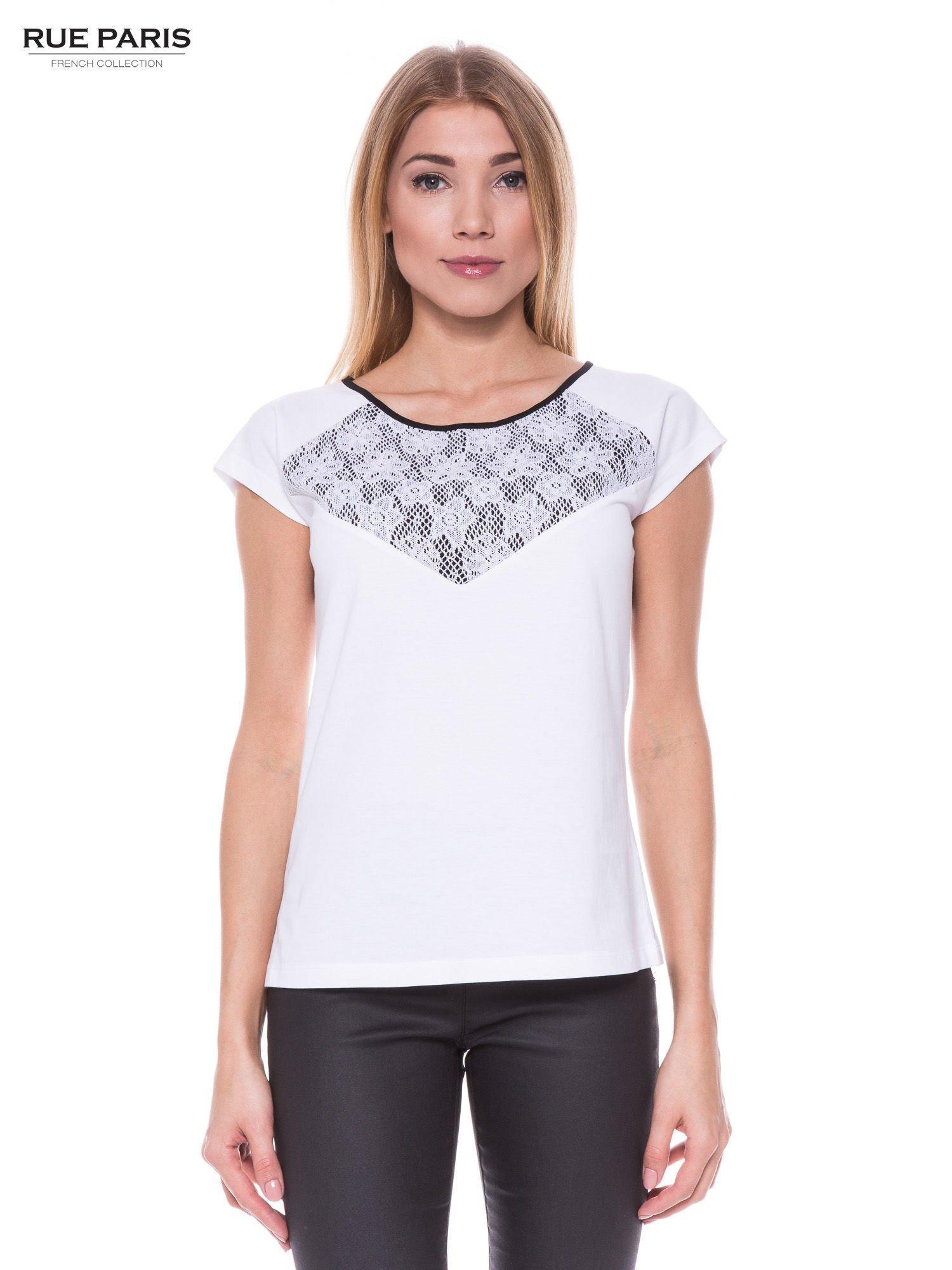 Biały elegancki t-shirt z koronkową aplikacją                                  zdj.                                  1