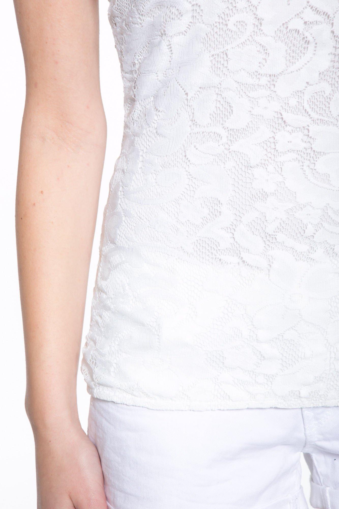 Biały koronkowy t-shirt z głębokim dekoltem                                  zdj.                                  8