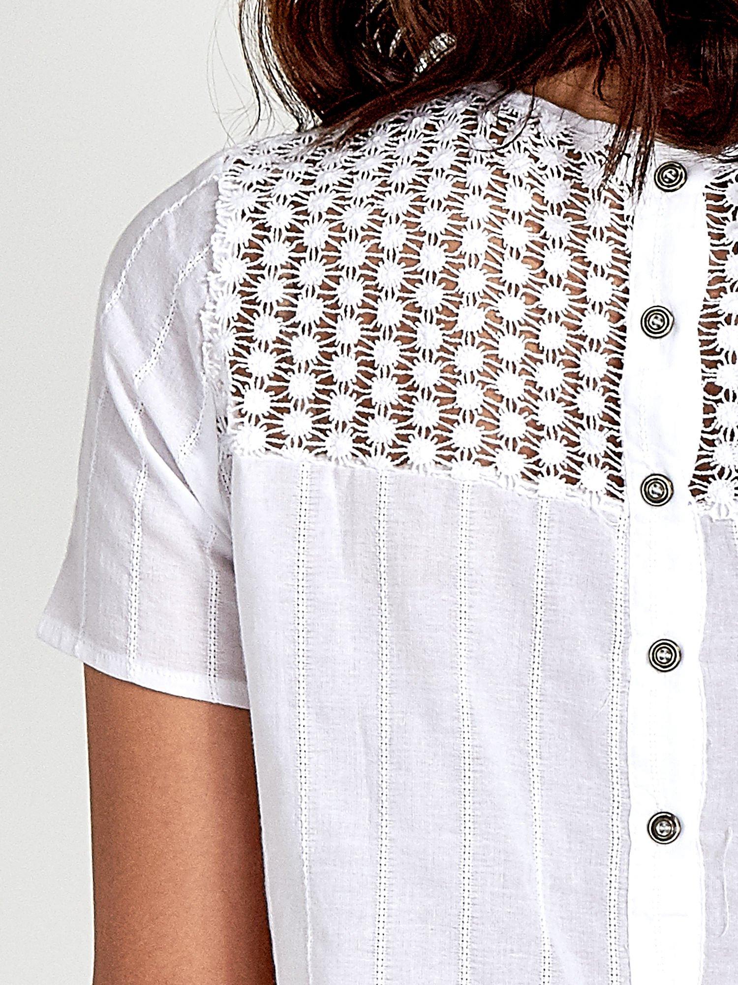 Biały krótki t-shirt z gipiurą                                  zdj.                                  6
