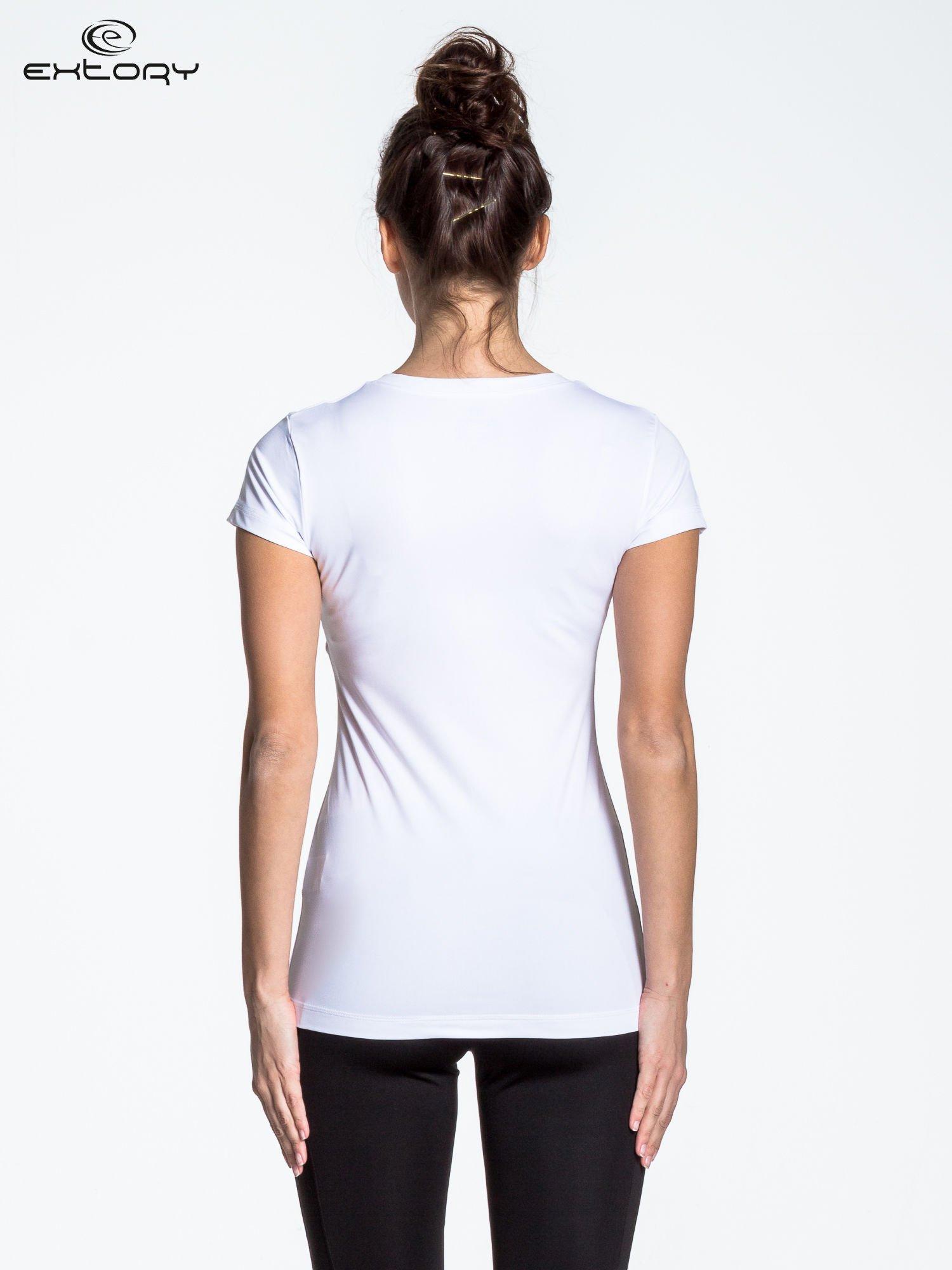 Biały modelujący t-shirt sportowy z przeszyciami                                  zdj.                                  3