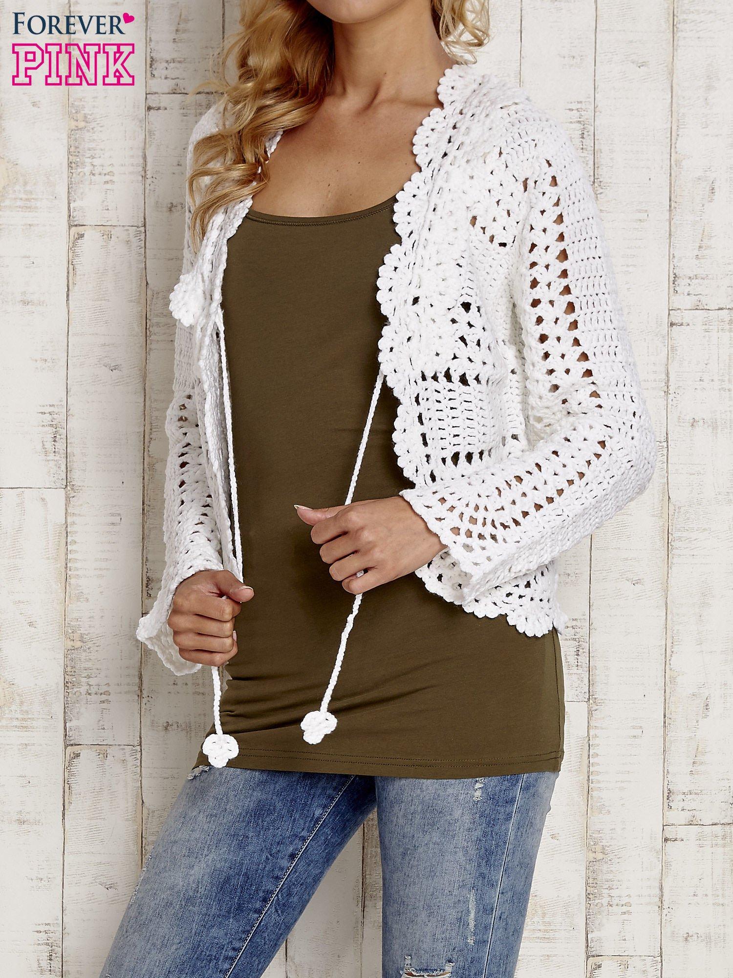 Biały sweter z wiązaniem                                  zdj.                                  5