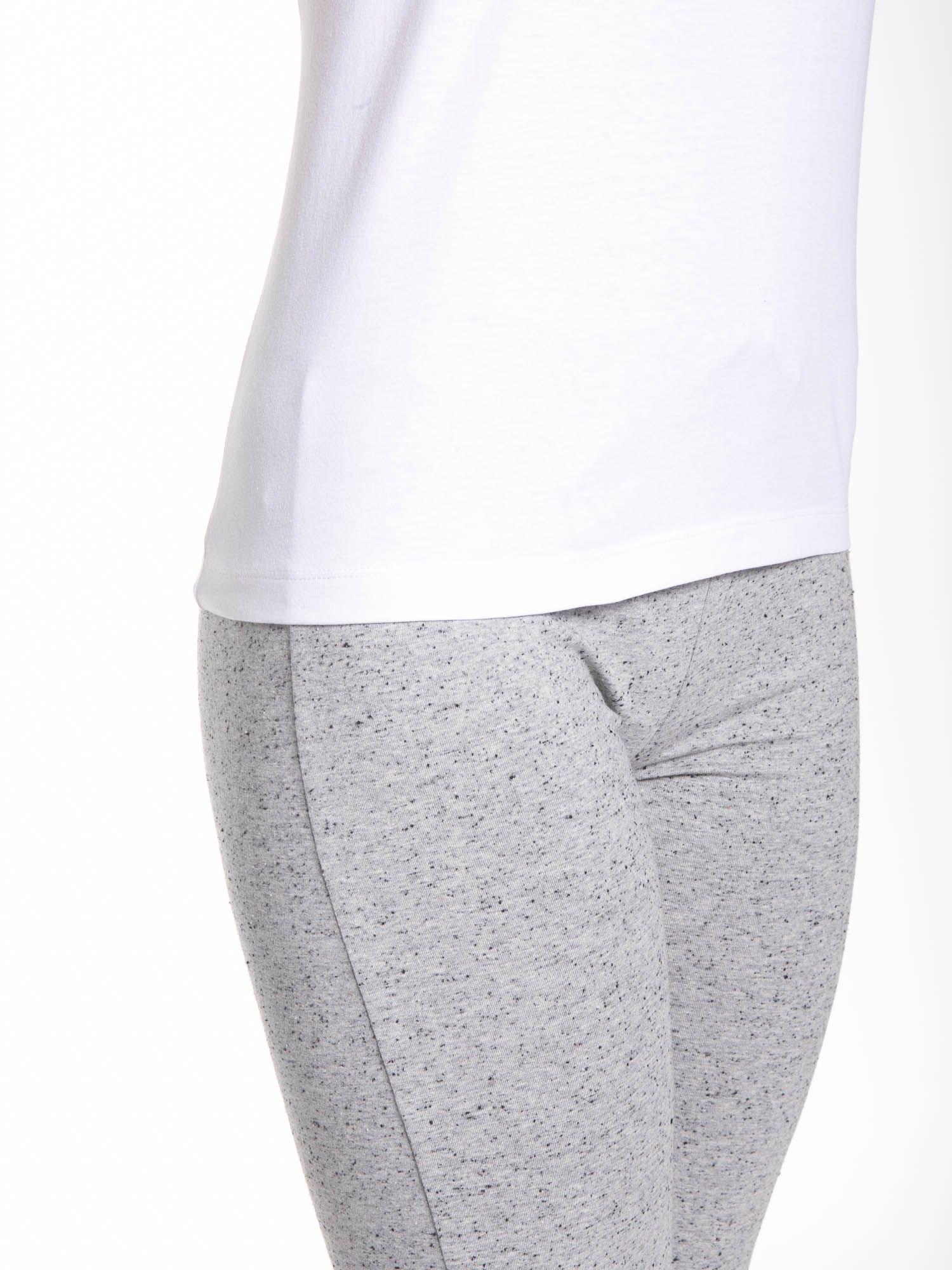 Biały t-shirt damski ze sportową lamówką                                  zdj.                                  7