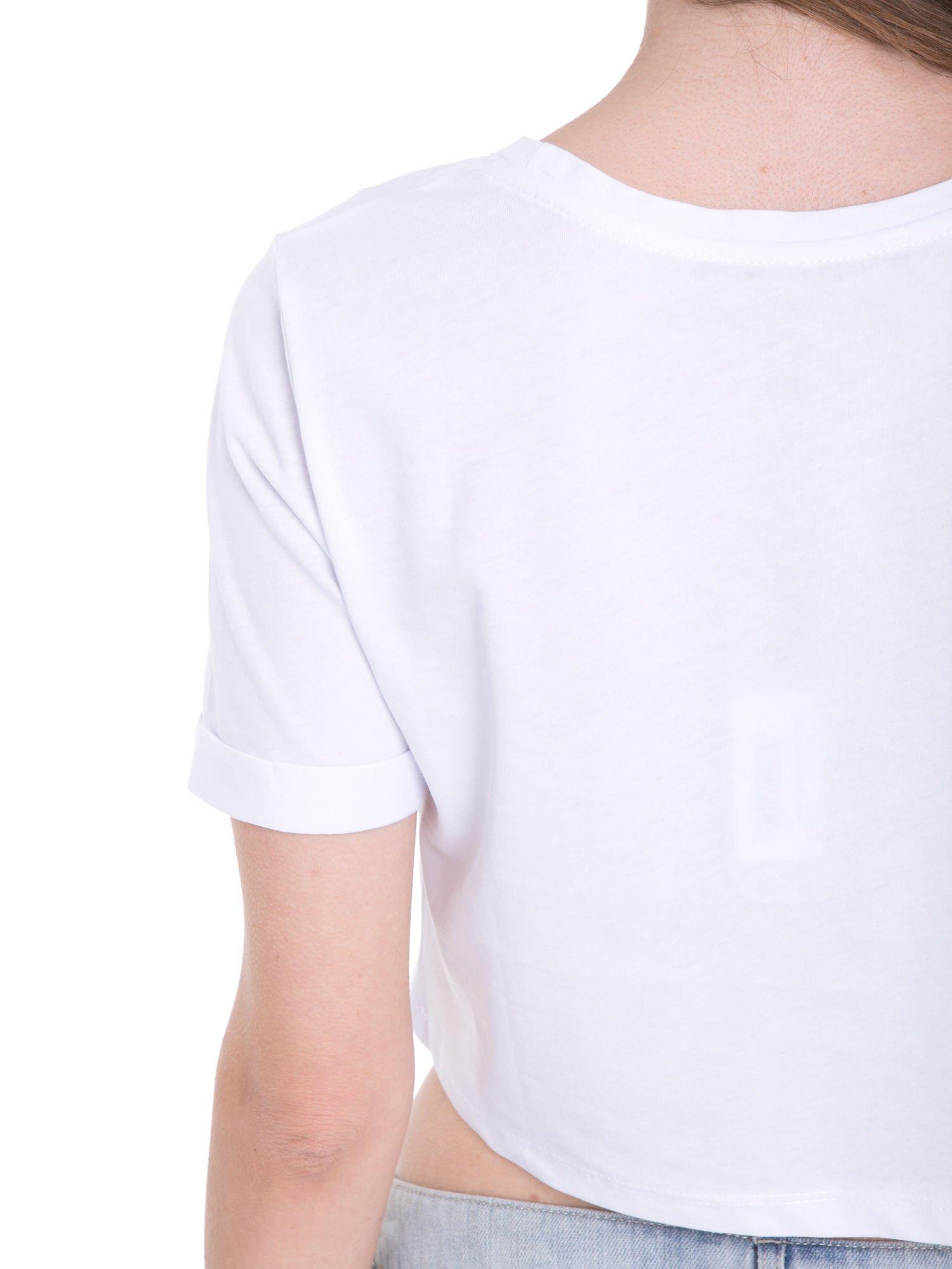 Biały t-shirt typu crop top ze złotym napisem BALLIN PARIS                                  zdj.                                  9