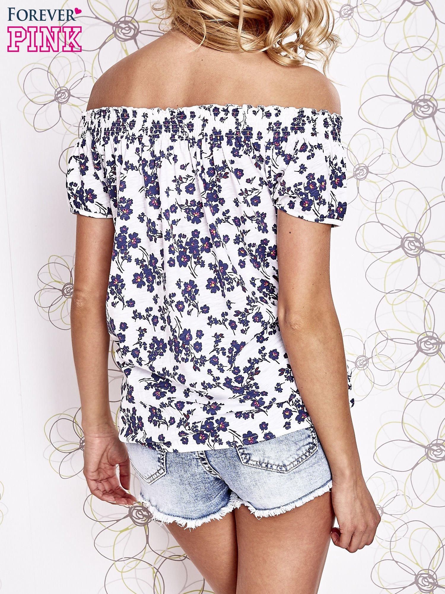 Biały t-shirt w kwiaty z marszczonym wiązanym dekoltem                                  zdj.                                  4