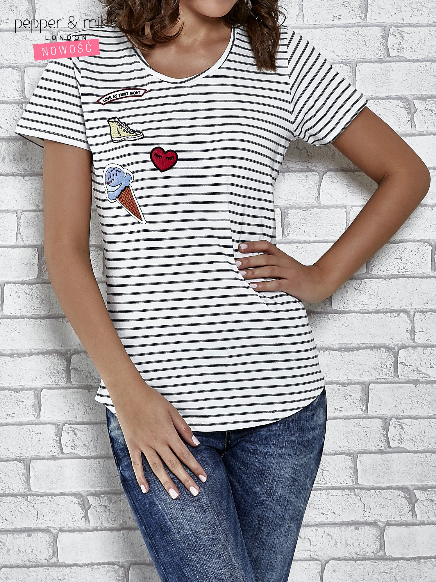 Biały t-shirt w paski z naszywkami                                  zdj.                                  1
