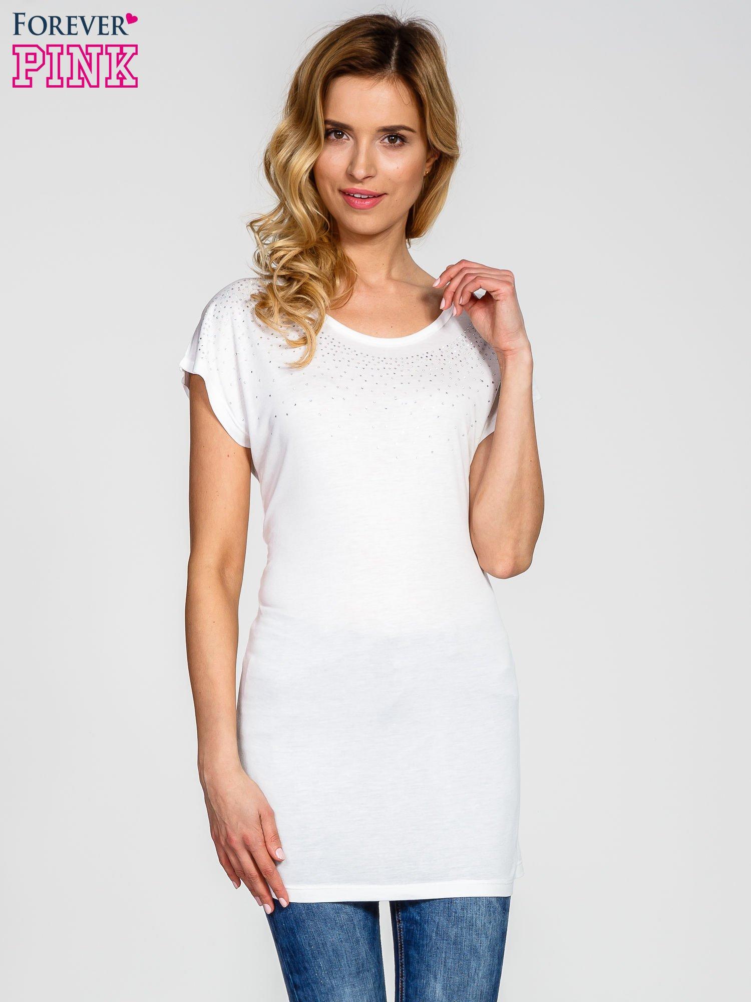 Biały t-shirt z aplikacją na dekolcie                                  zdj.                                  1