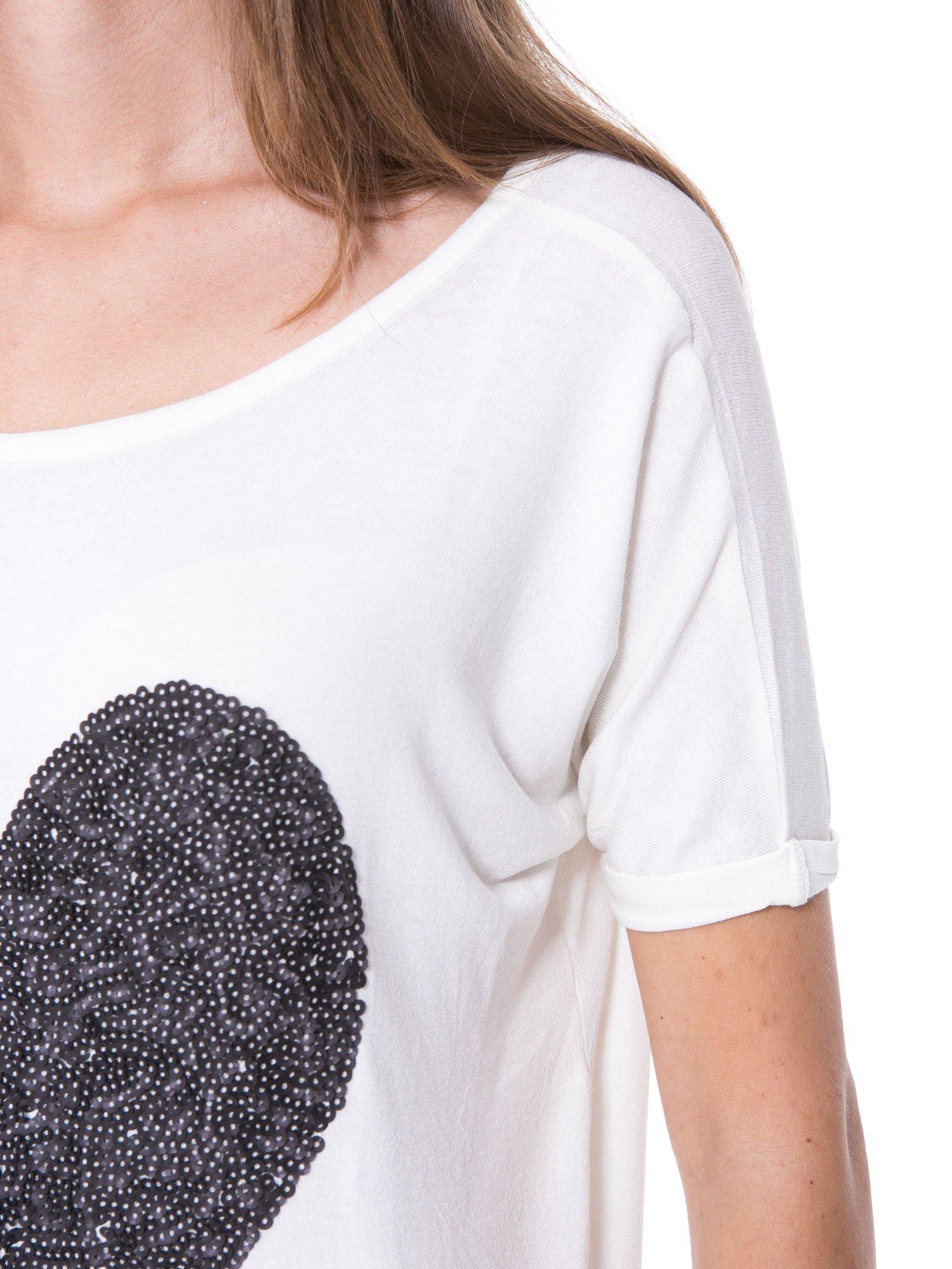 Biały t-shirt z czarnym sercem z cekinów                                  zdj.                                  8