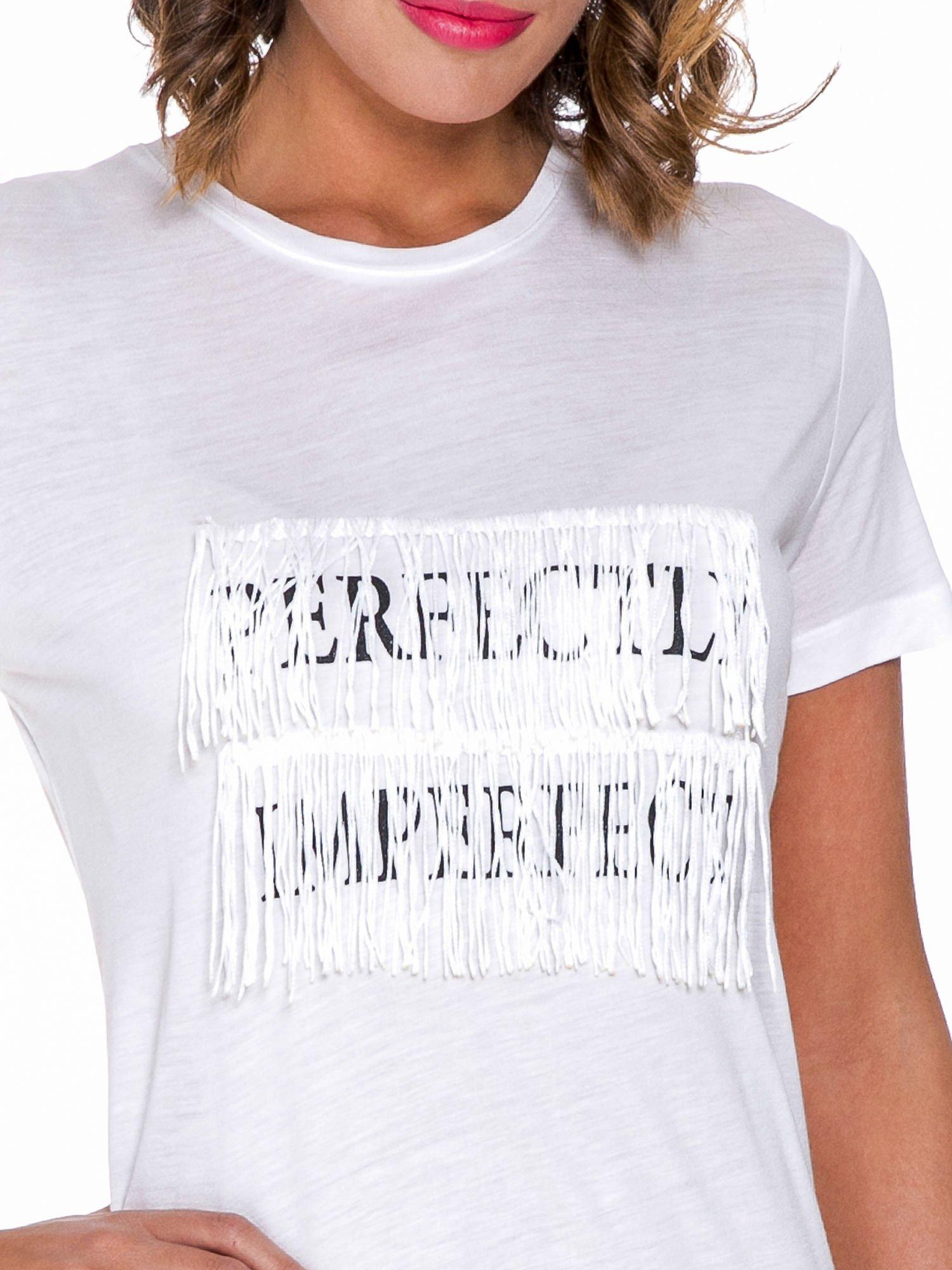 Biały t-shirt z frędzlami i napisem PERFECT IMPERFECT                                  zdj.                                  4