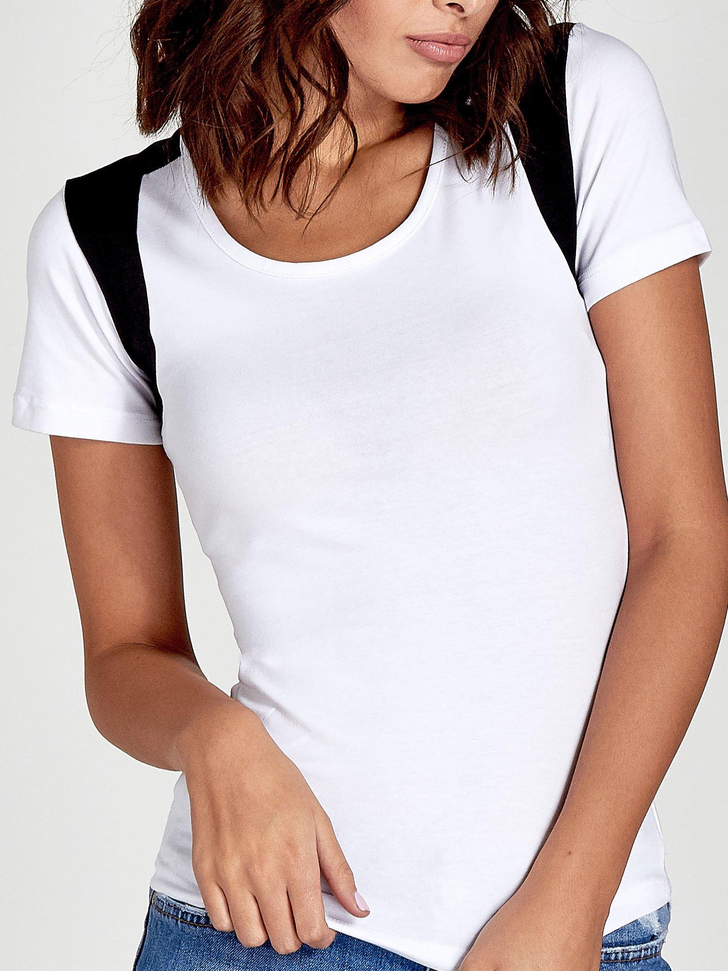 Biały t-shirt z kontrastowym panelem na plecach                                  zdj.                                  5