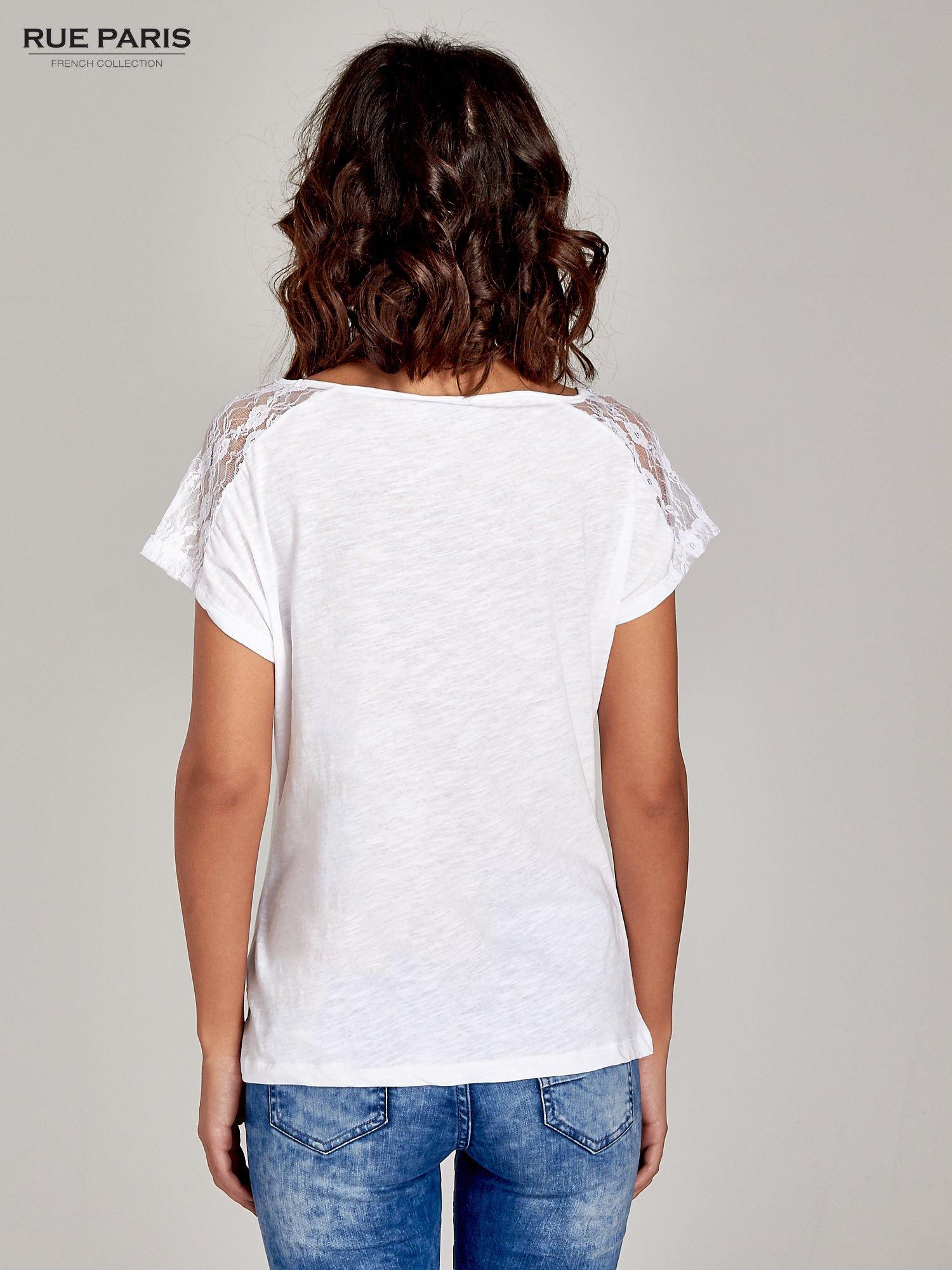 Biały t-shirt z koronkową aplikacją na górze                                  zdj.                                  5