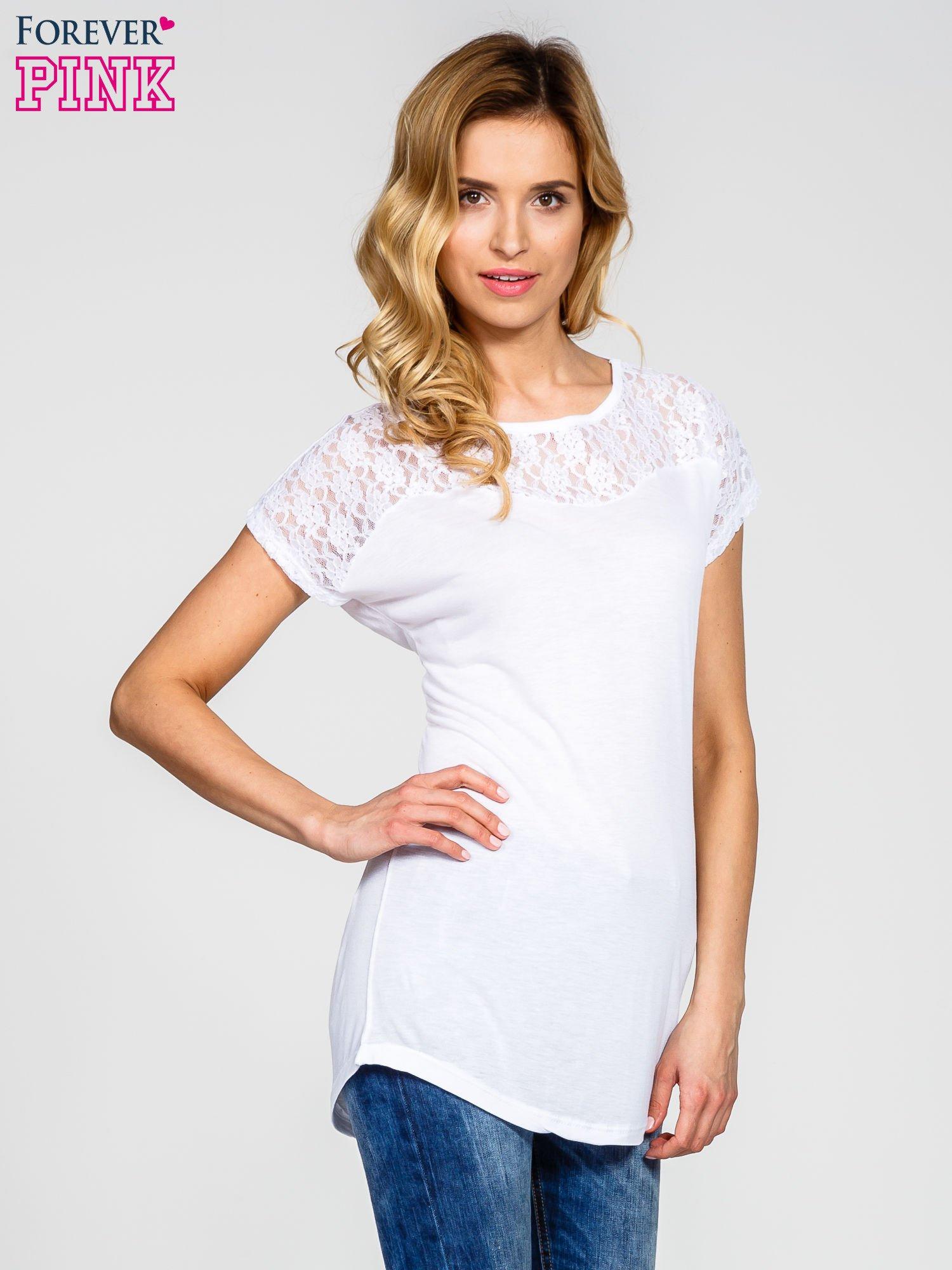 Biały t-shirt z koronkowym dekoltem                                  zdj.                                  1