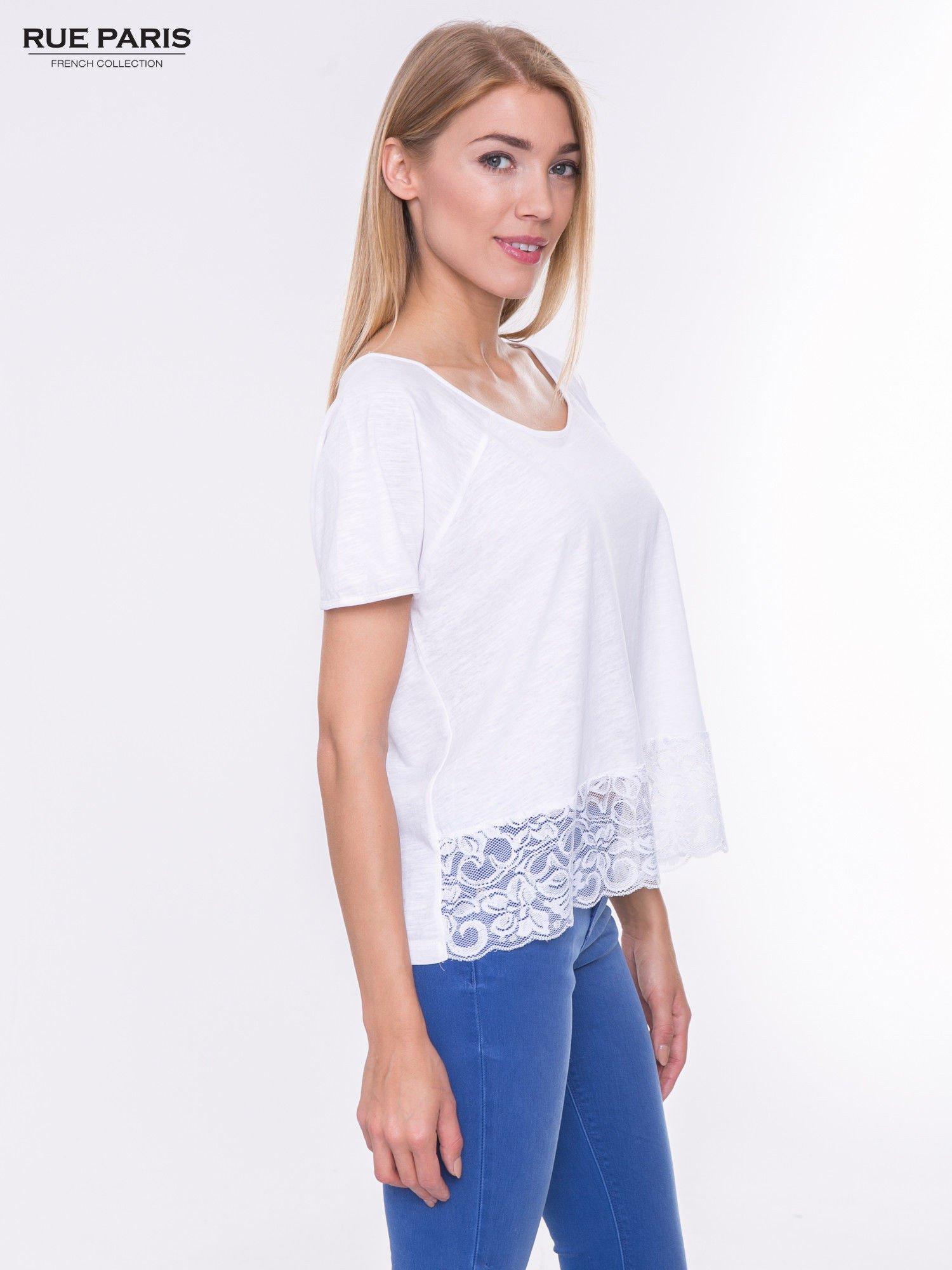 Biały t-shirt z koronkowym dołem                                  zdj.                                  2
