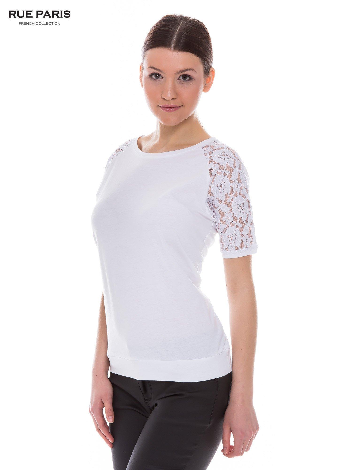 Biały t-shirt z koronkowymi rękawami długości 3/4                                  zdj.                                  2