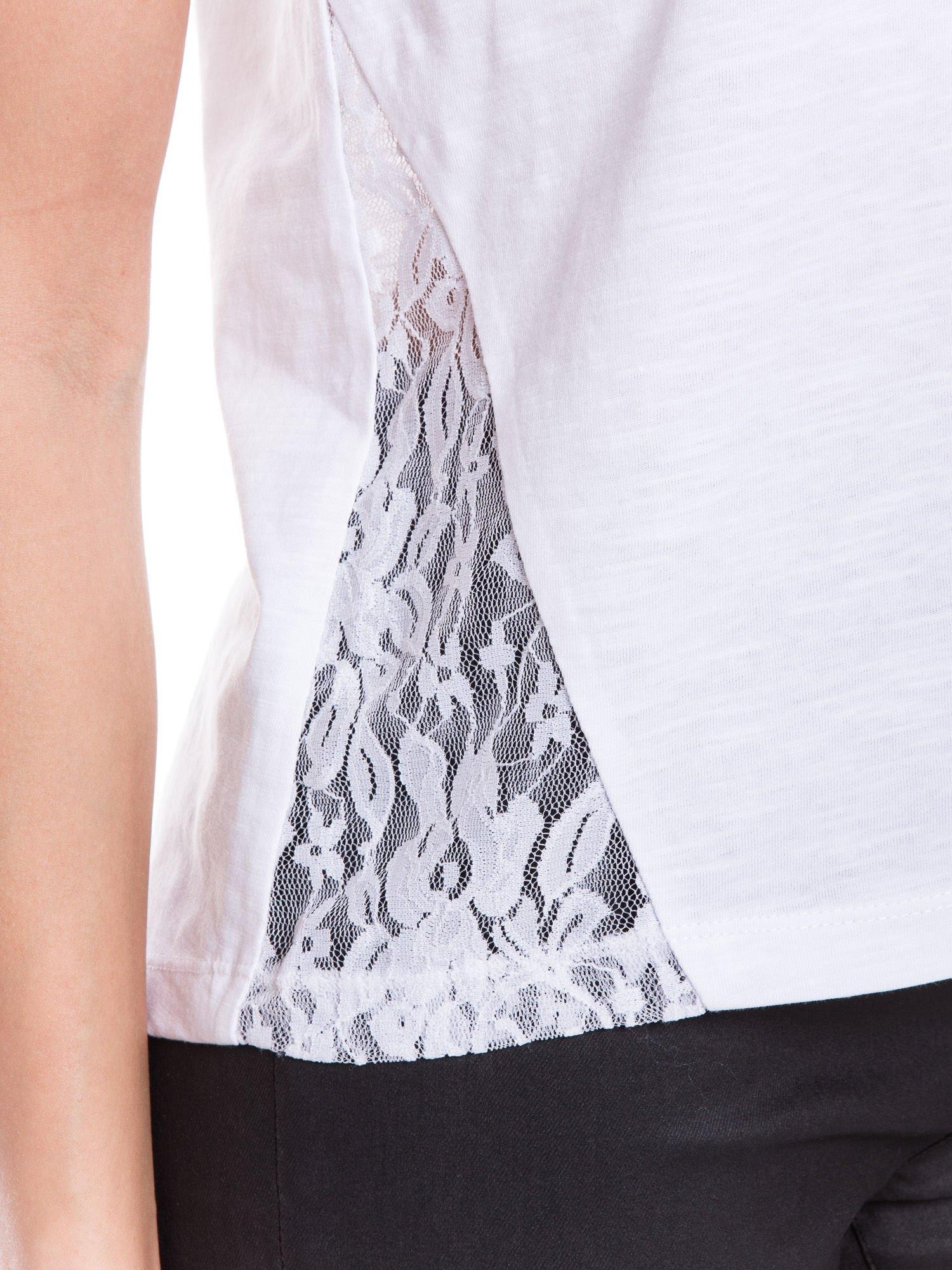 Biały t-shirt z koronkowymi wstawkami                                  zdj.                                  5