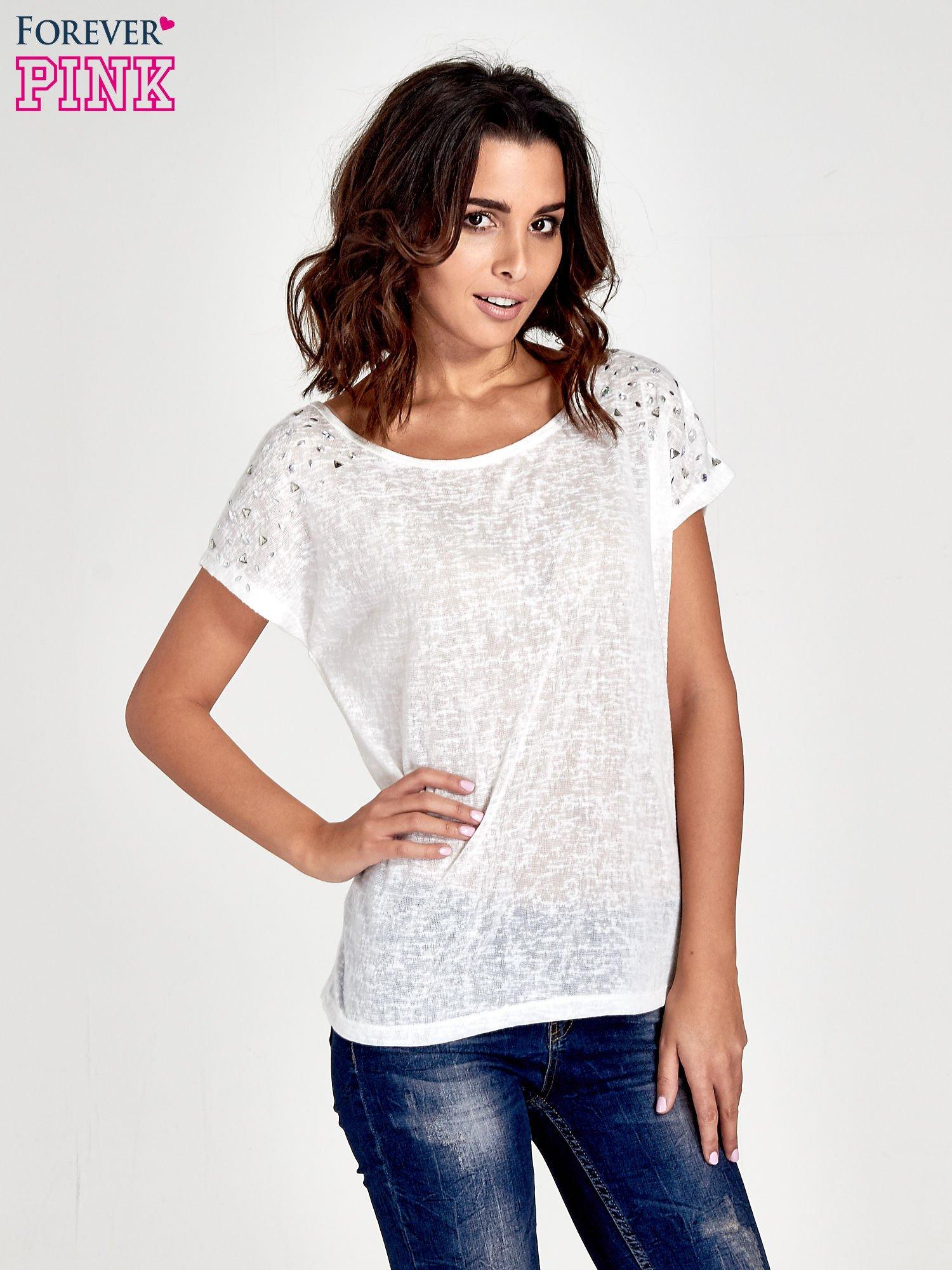 Biały t-shirt z kryształkami na rękawach                                  zdj.                                  1