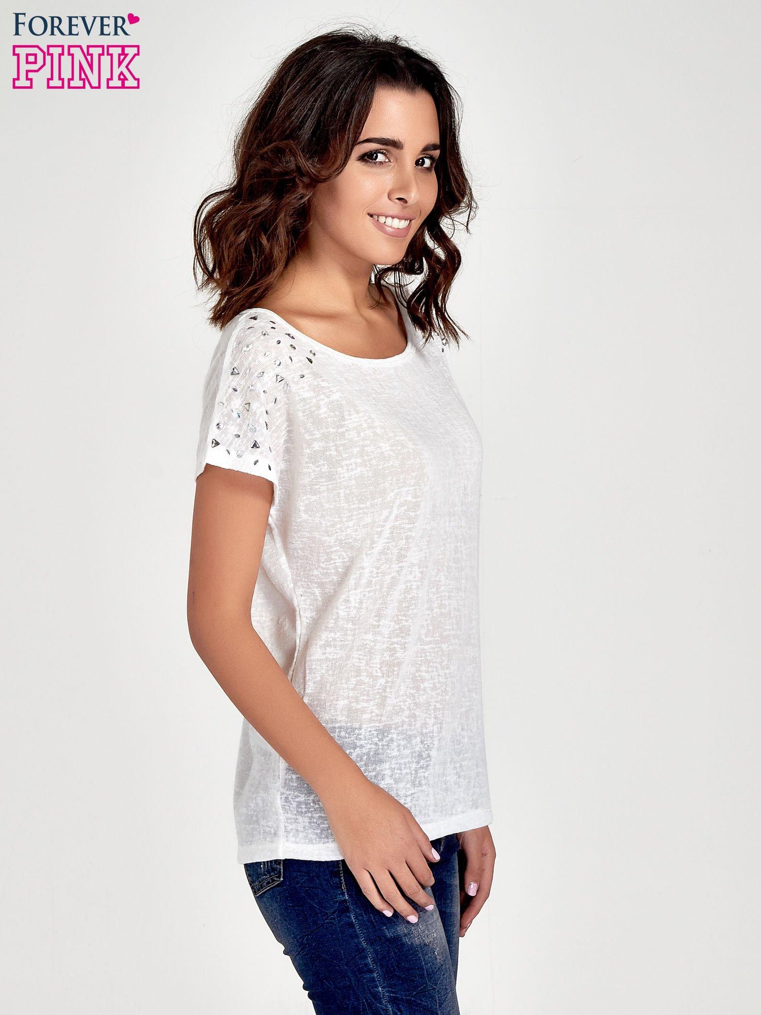 Biały t-shirt z kryształkami na rękawach                                  zdj.                                  3