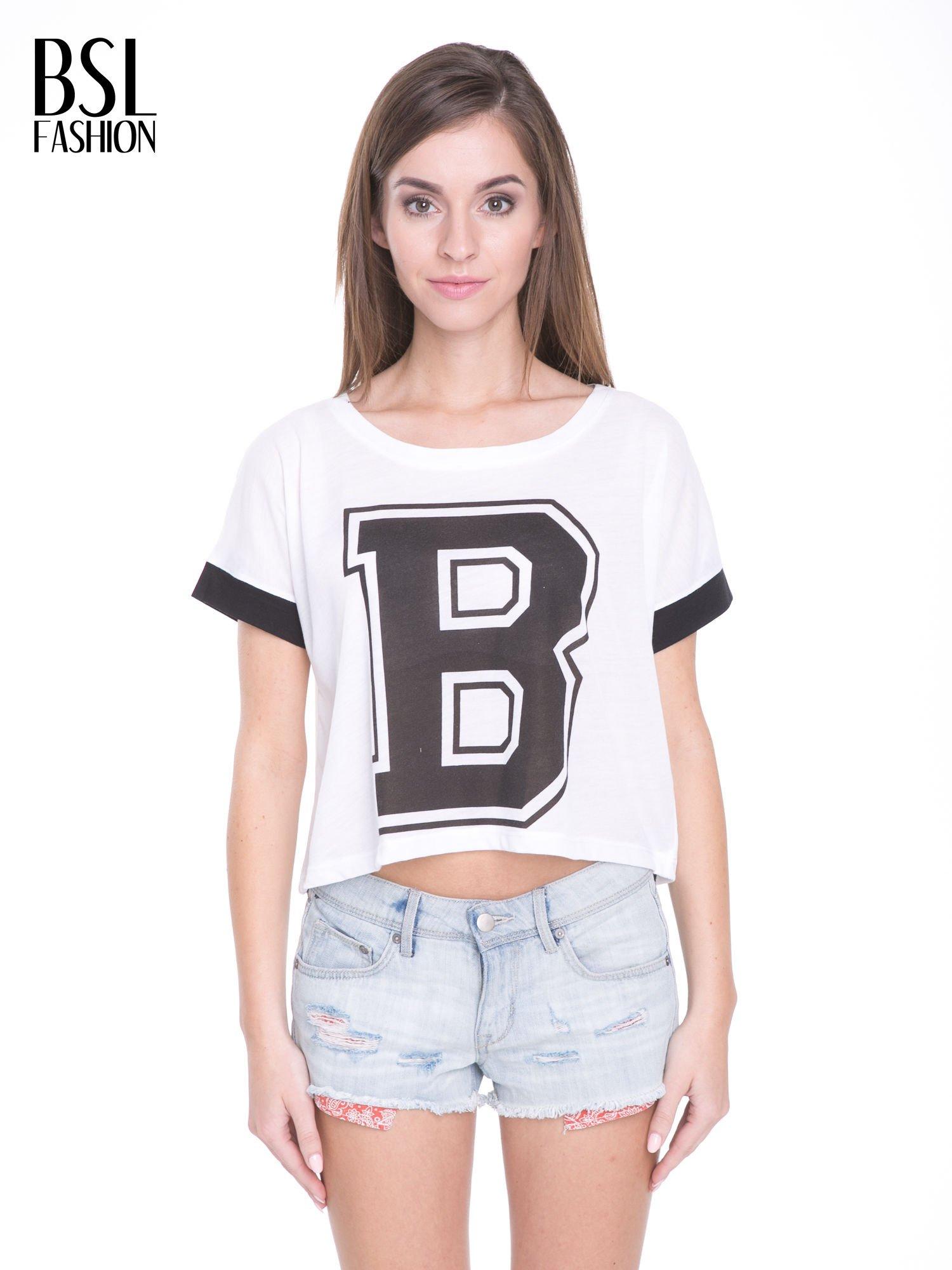 Biały t-shirt z literą B i kontrastowymi rękawami w stylu baseballowym                                  zdj.                                  1