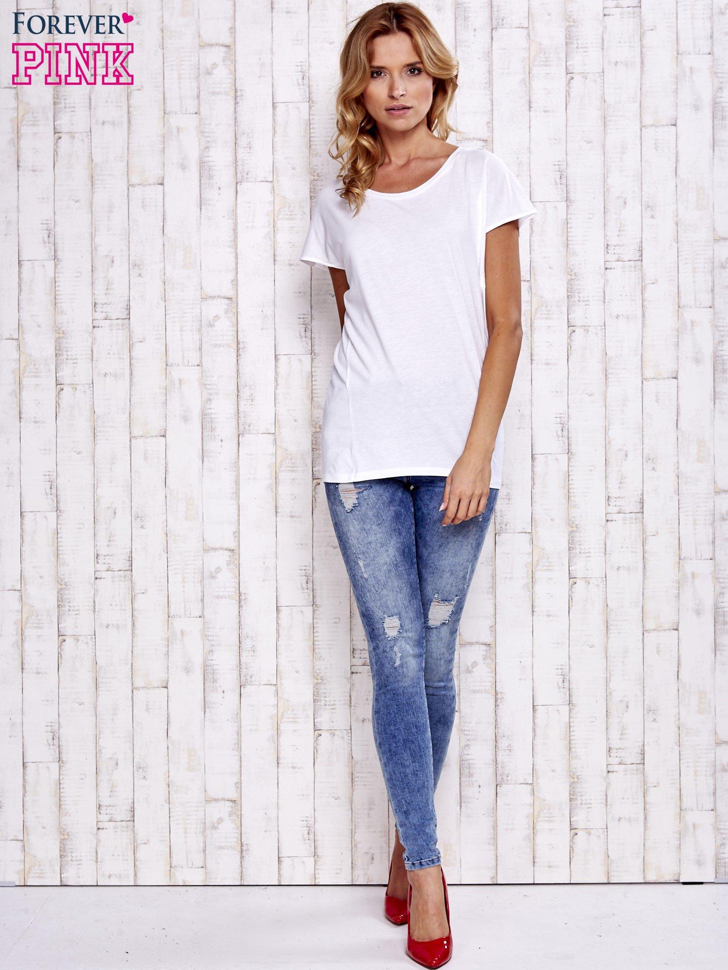 Biały t-shirt z modelującymi przeszyciami