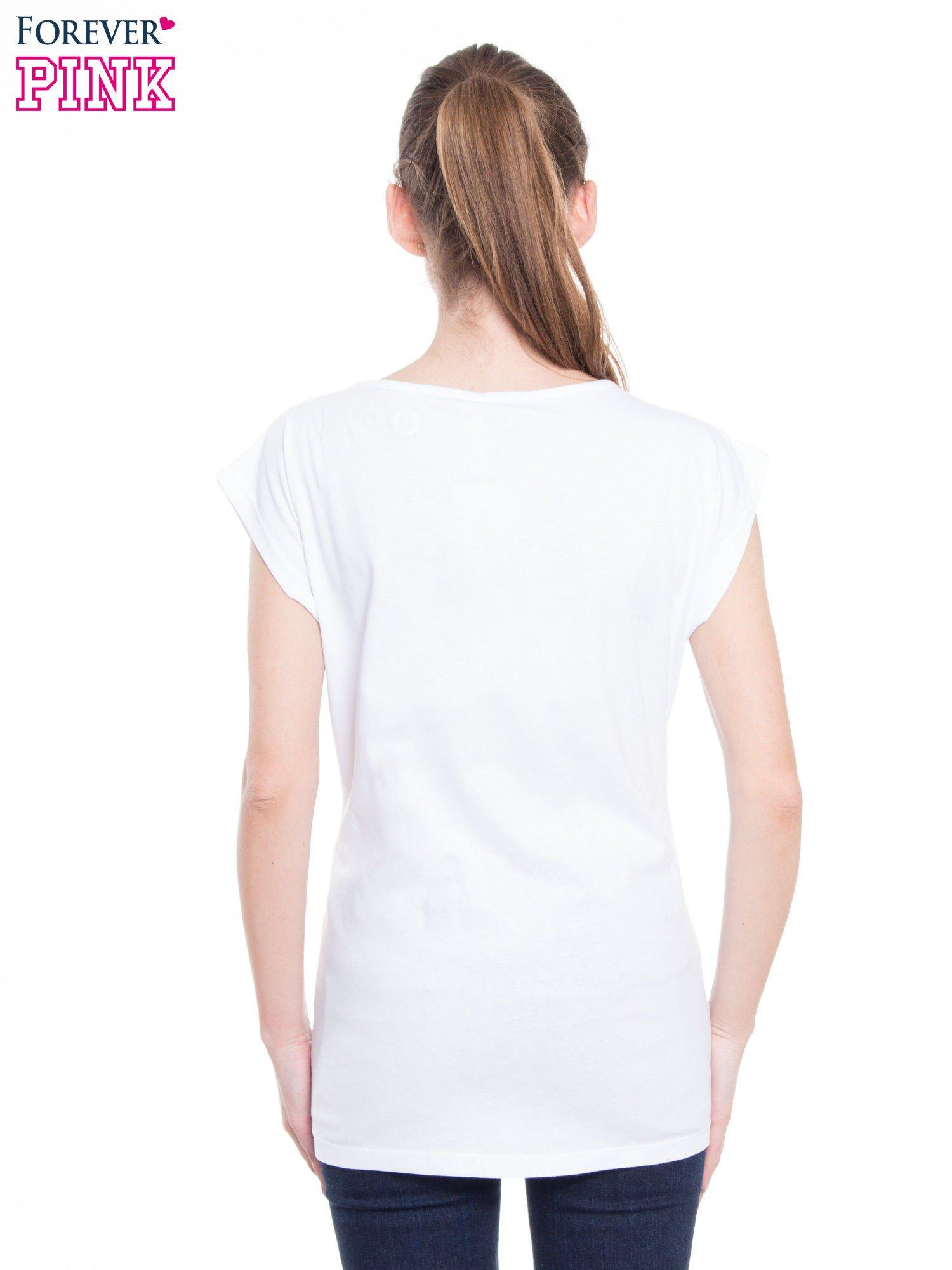 Biały t-shirt z nadrukiem kobiety-kota                                  zdj.                                  3