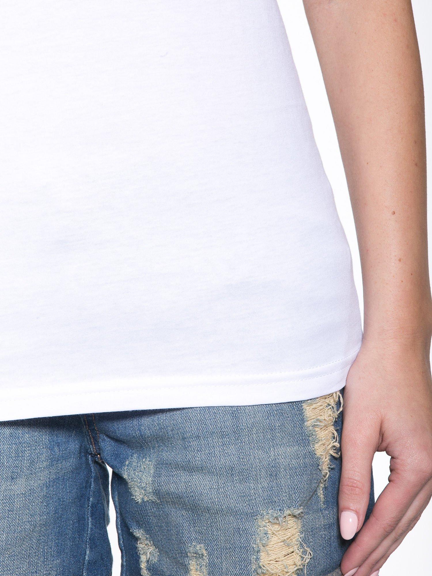 Biały t-shirt z nadrukiem numerycznym KAWAKUBO 42 z tyłu                                   zdj.                                  10