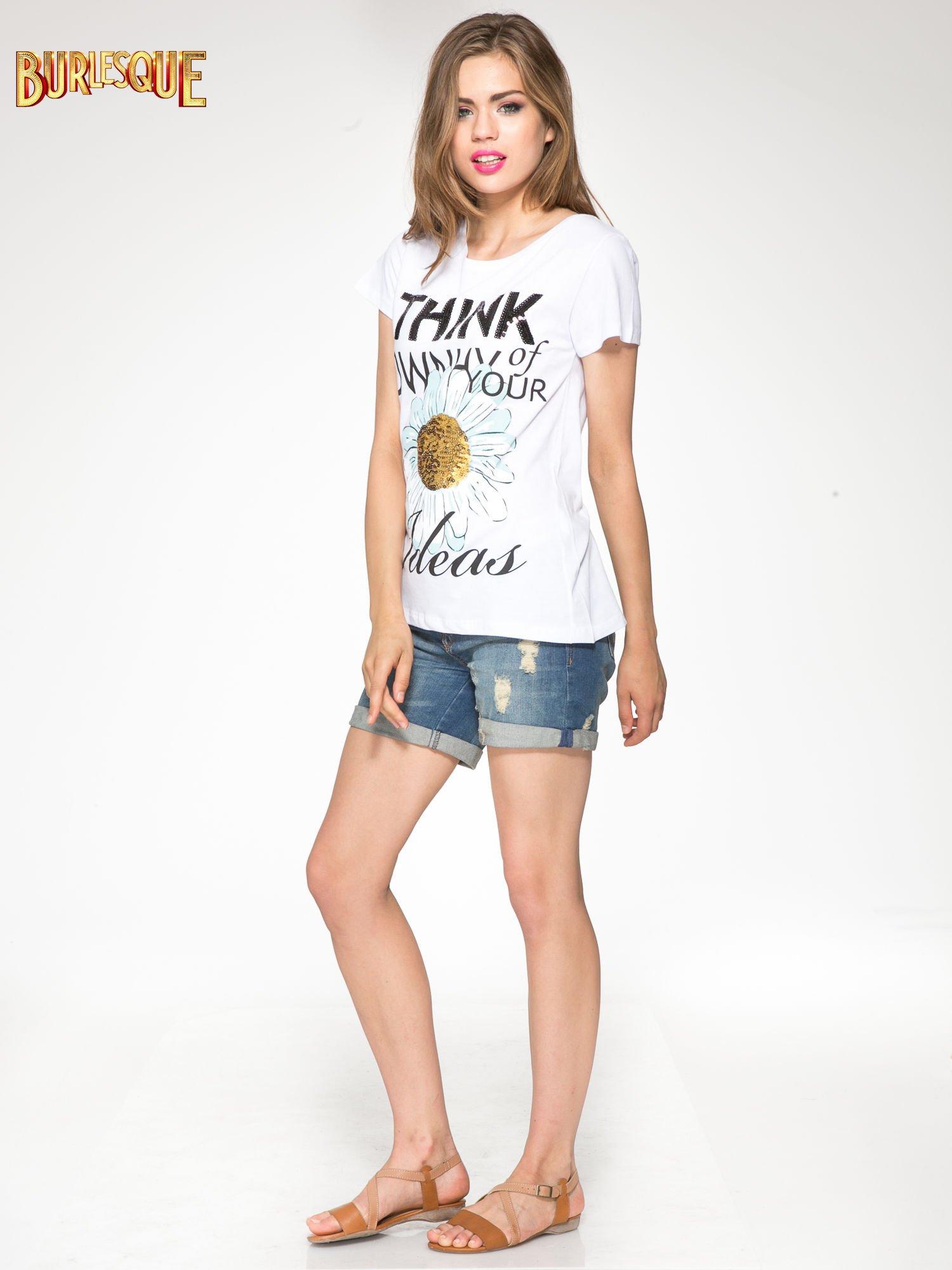 Biały t-shirt z nadrukiem stokrotki z dżetami                                  zdj.                                  4