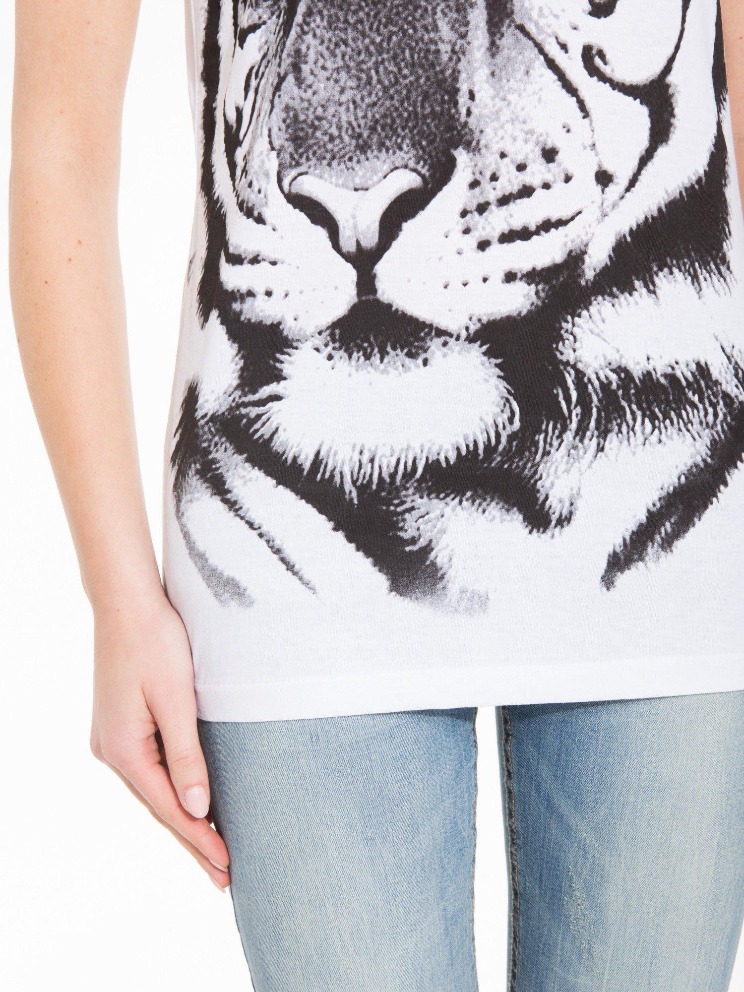 Biały t-shirt z nadrukiem tygrysa                                  zdj.                                  7
