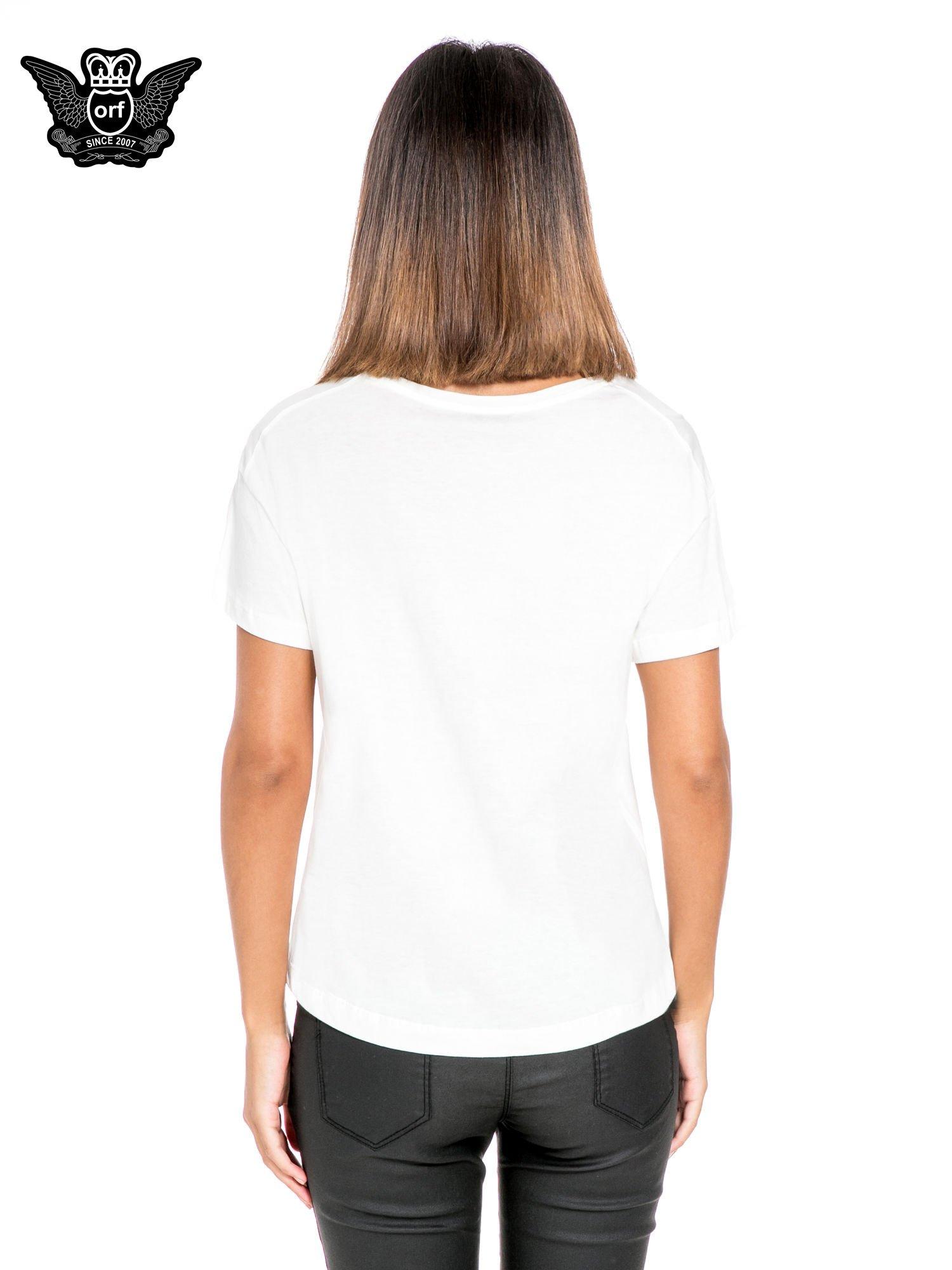 Biały t-shirt z napisem w stylu fashion                                  zdj.                                  4