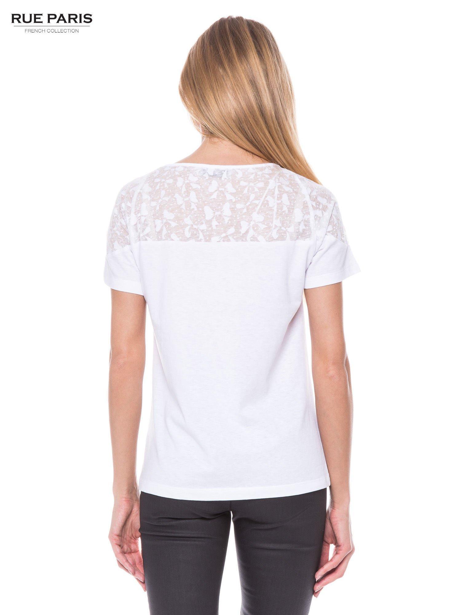 Biały t-shirt z transparentną górą w kokardki                                  zdj.                                  3