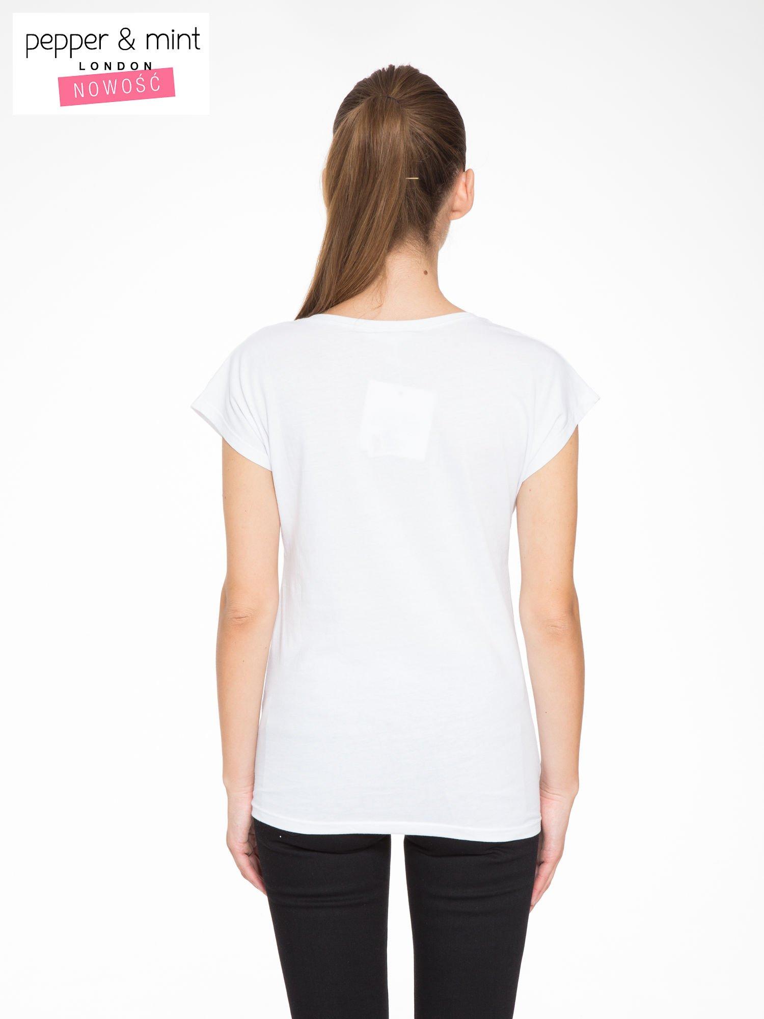 Biały t-shirt z tropikalnym nadrukiem                                  zdj.                                  4