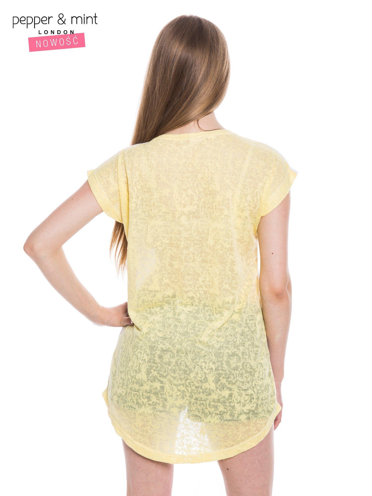 Biały t-shirt z wydłużanym tyłem w kolorze żółtym                                  zdj.                                  3