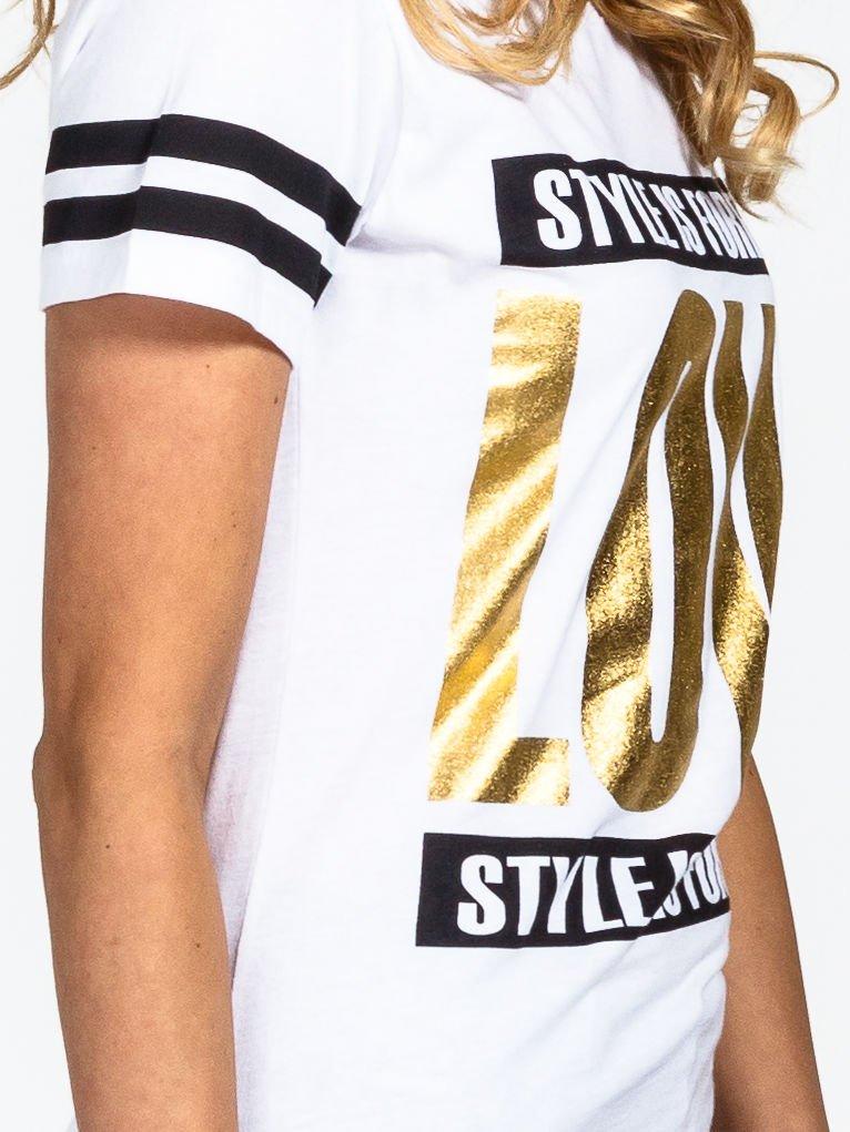 Biały t-shirt ze złotym napisem LOVE                                  zdj.                                  4