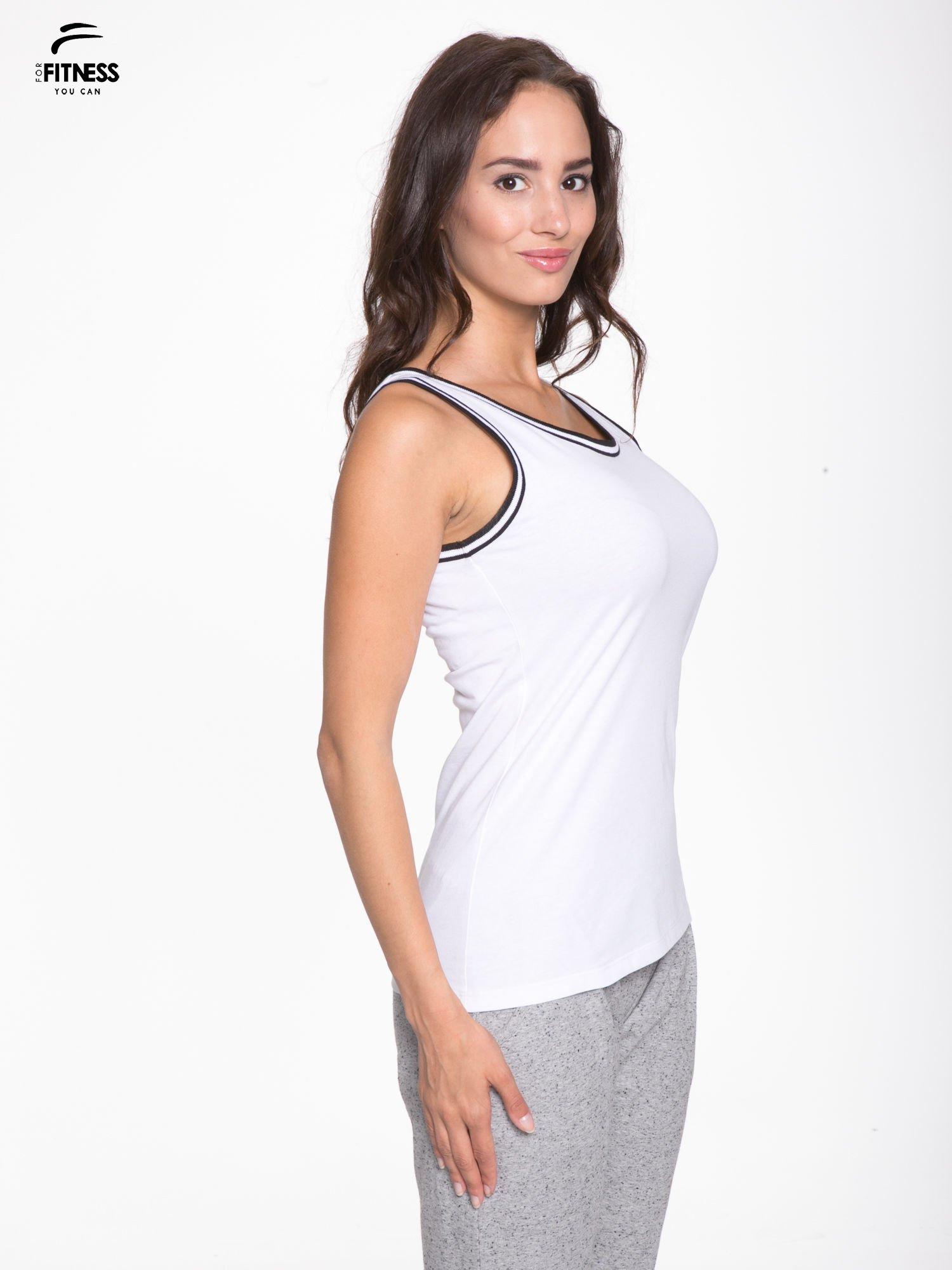 Biały top z kontrastową lamówką w stylu tenis chic                                  zdj.                                  3