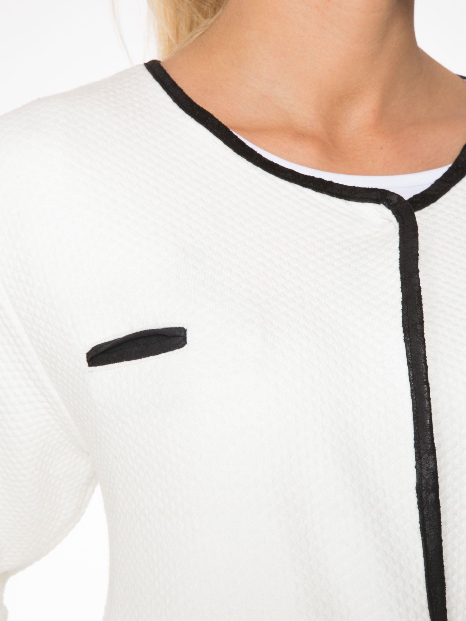 Biały wełniany długi żakiet o pudełkowym kroju ze skórzaną lamówką                                  zdj.                                  5