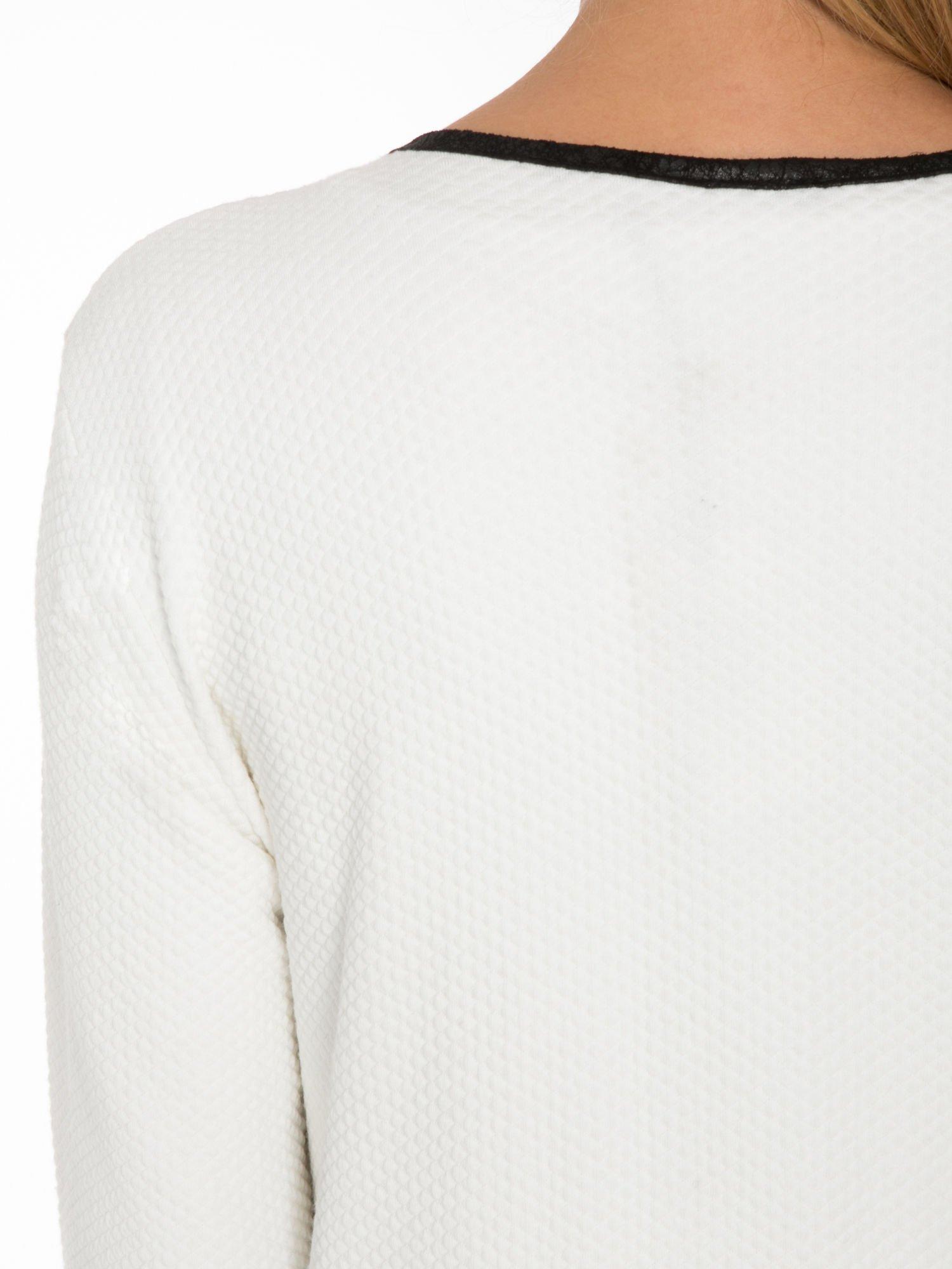 Biały wełniany długi żakiet o pudełkowym kroju ze skórzaną lamówką                                  zdj.                                  7