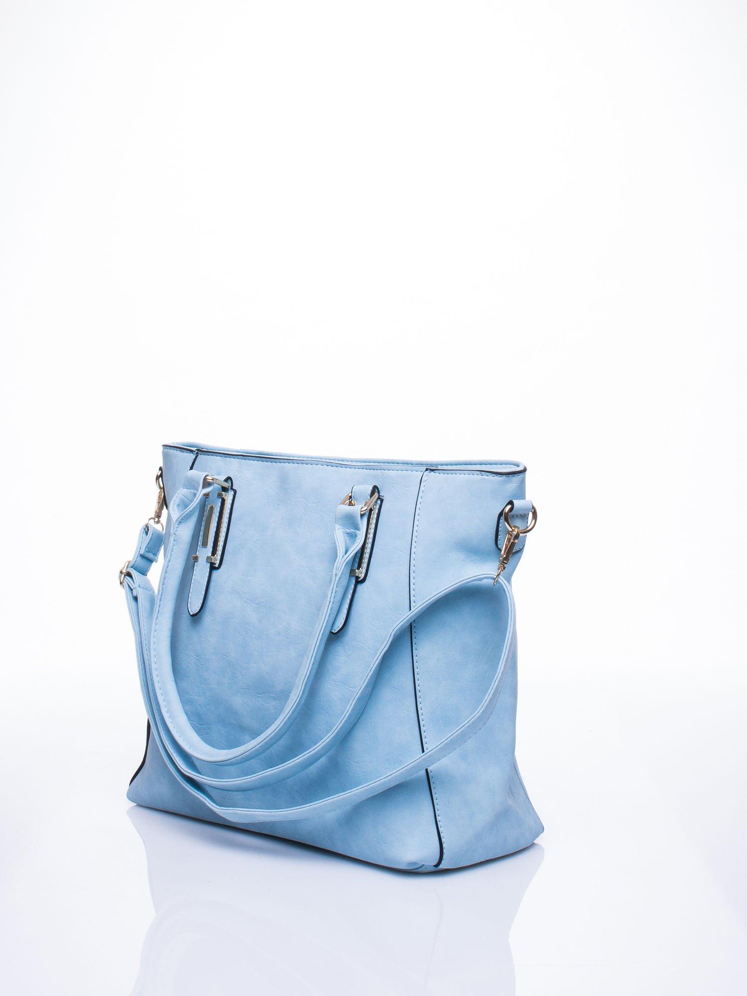Błękitna fakturowana torba z odpinanym paskiem                                  zdj.                                  2