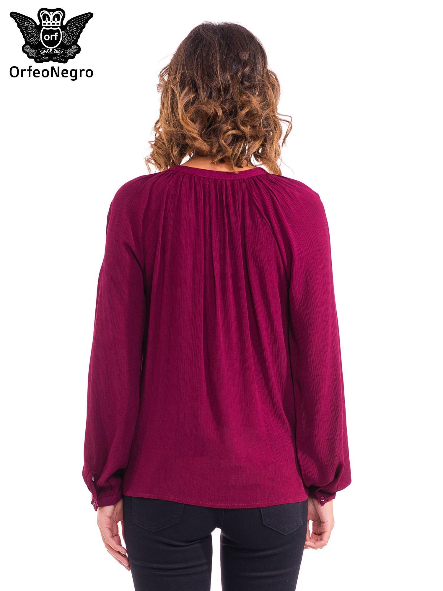 Bordowa koszula z marszczony dekoltem i wzorzystą wstawką w stylu hippie                                  zdj.                                  2