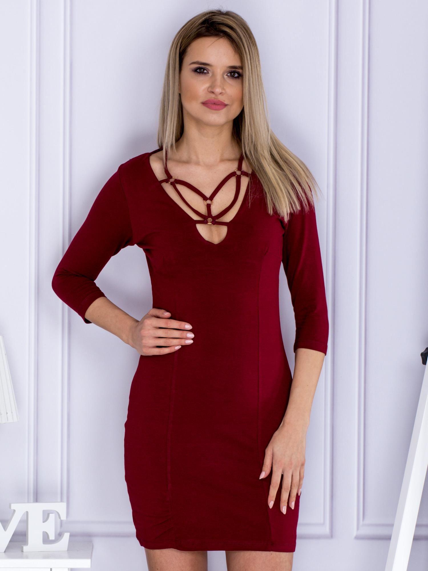 Bordowa Sukienka Z Ażurowym Dekoltem Sukienka Dopasowana Sklep
