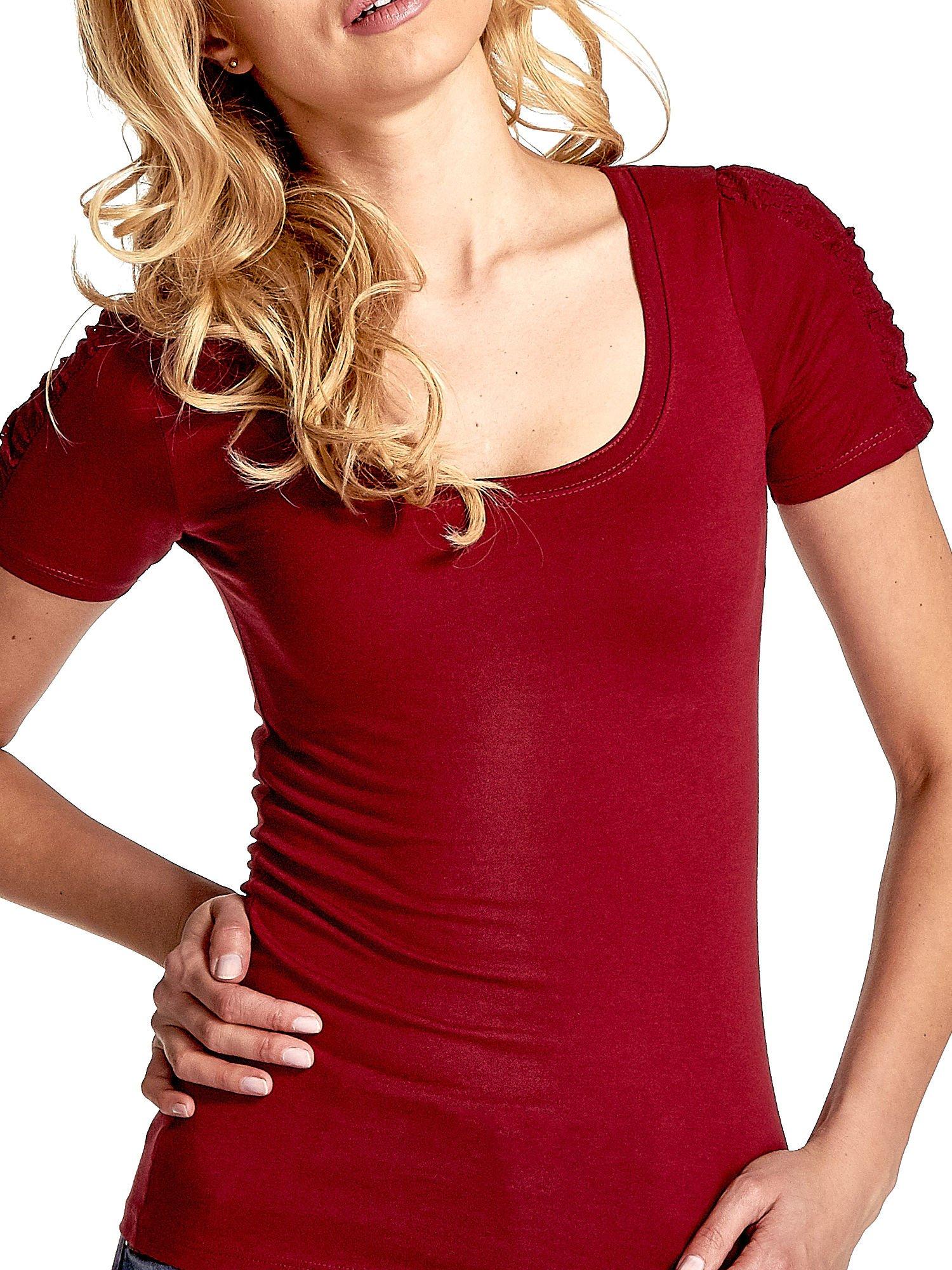 Bordowy t-shirt z koronkową wstawką na rękawach                                  zdj.                                  5