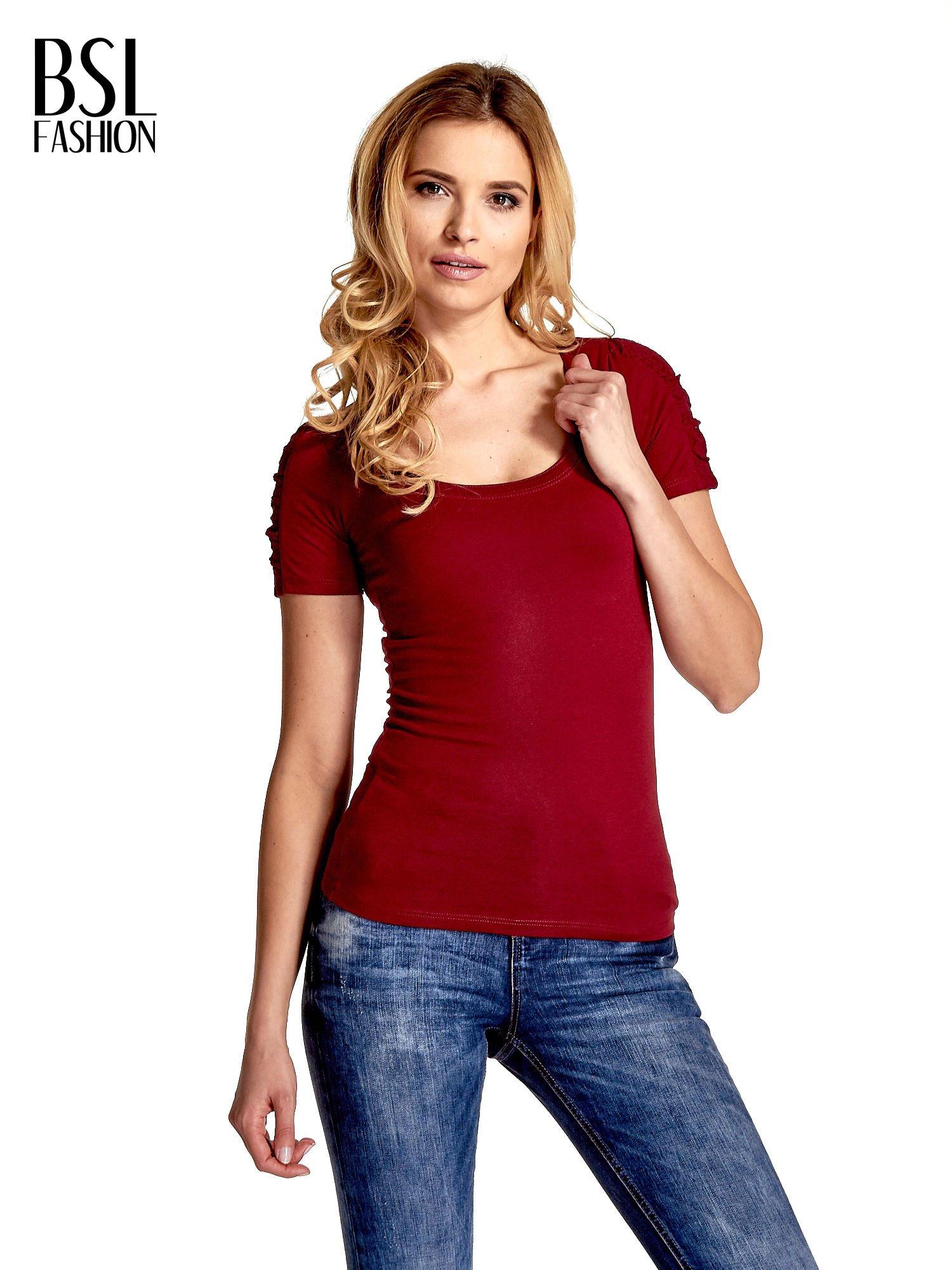 Bordowy t-shirt z koronkową wstawką na rękawach                                  zdj.                                  1