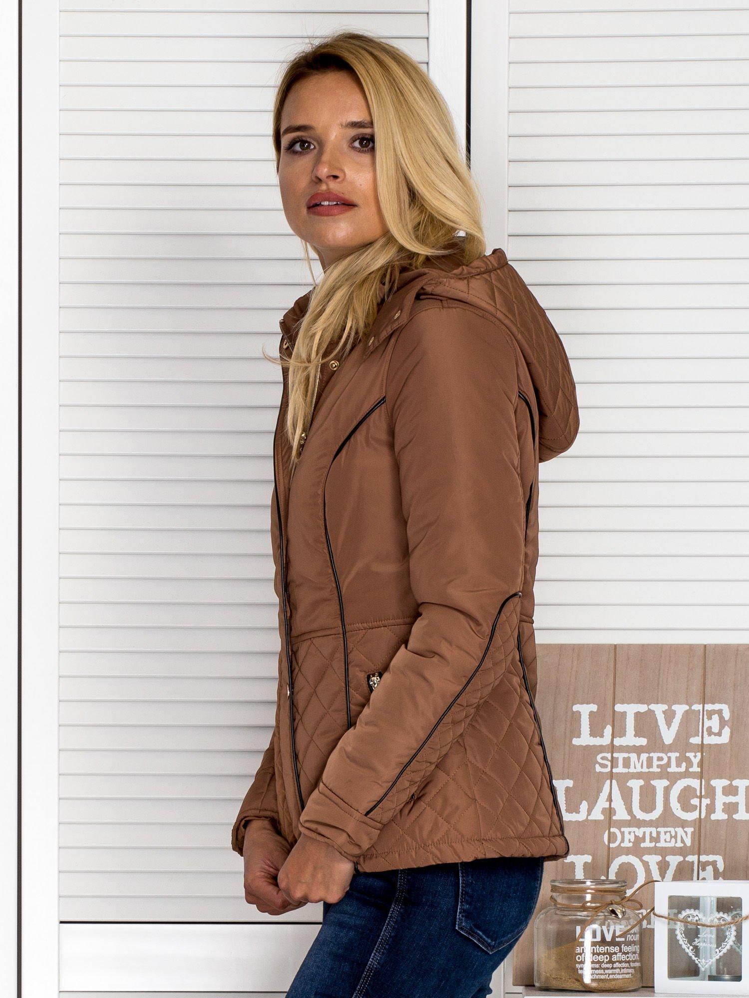 Brązowa kurtka z pikowanymi wstawkami i kontrastową lamówką                                  zdj.                                  5