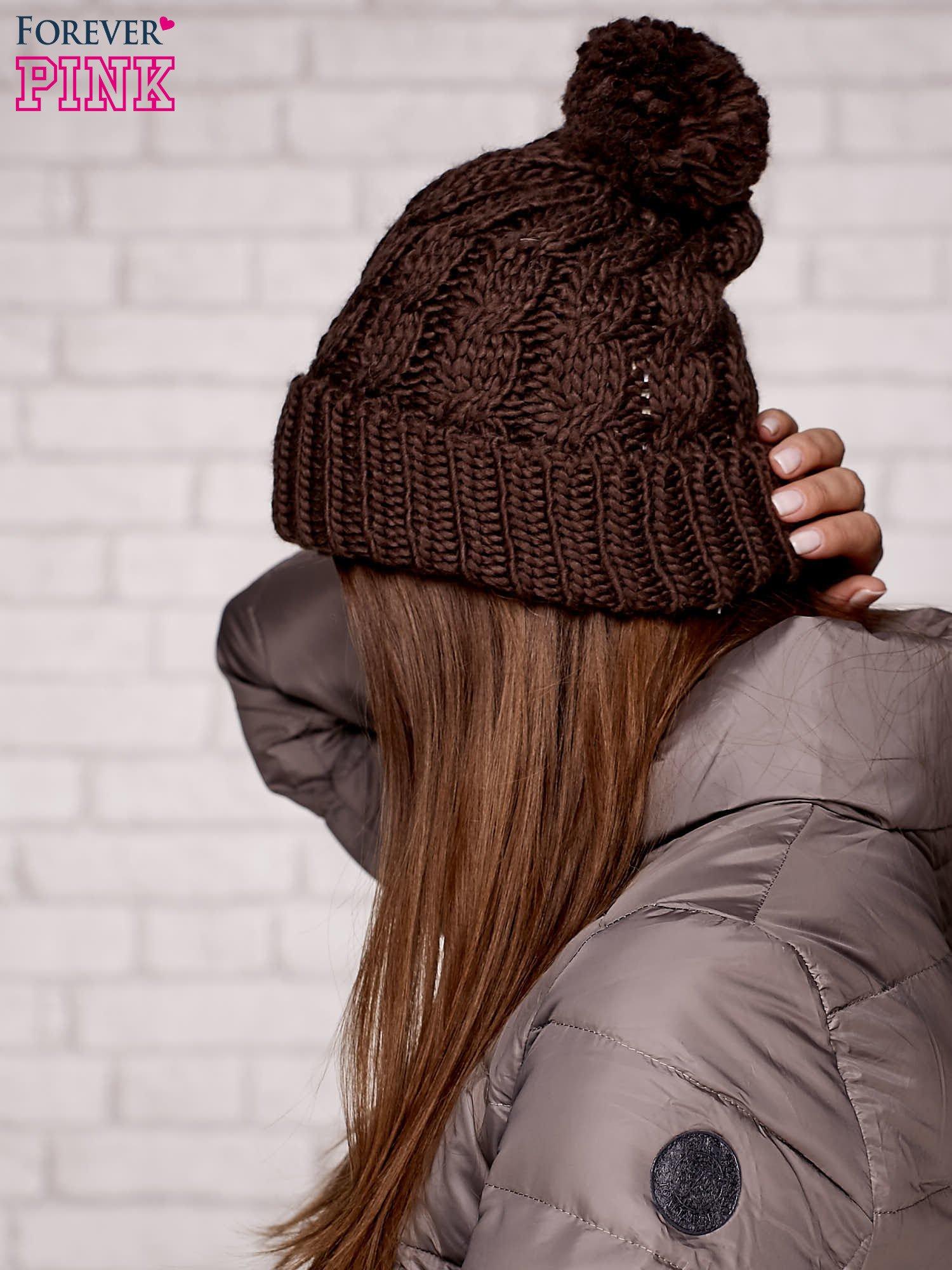 Brązowa wywijana czapka z pomponem                                  zdj.                                  2