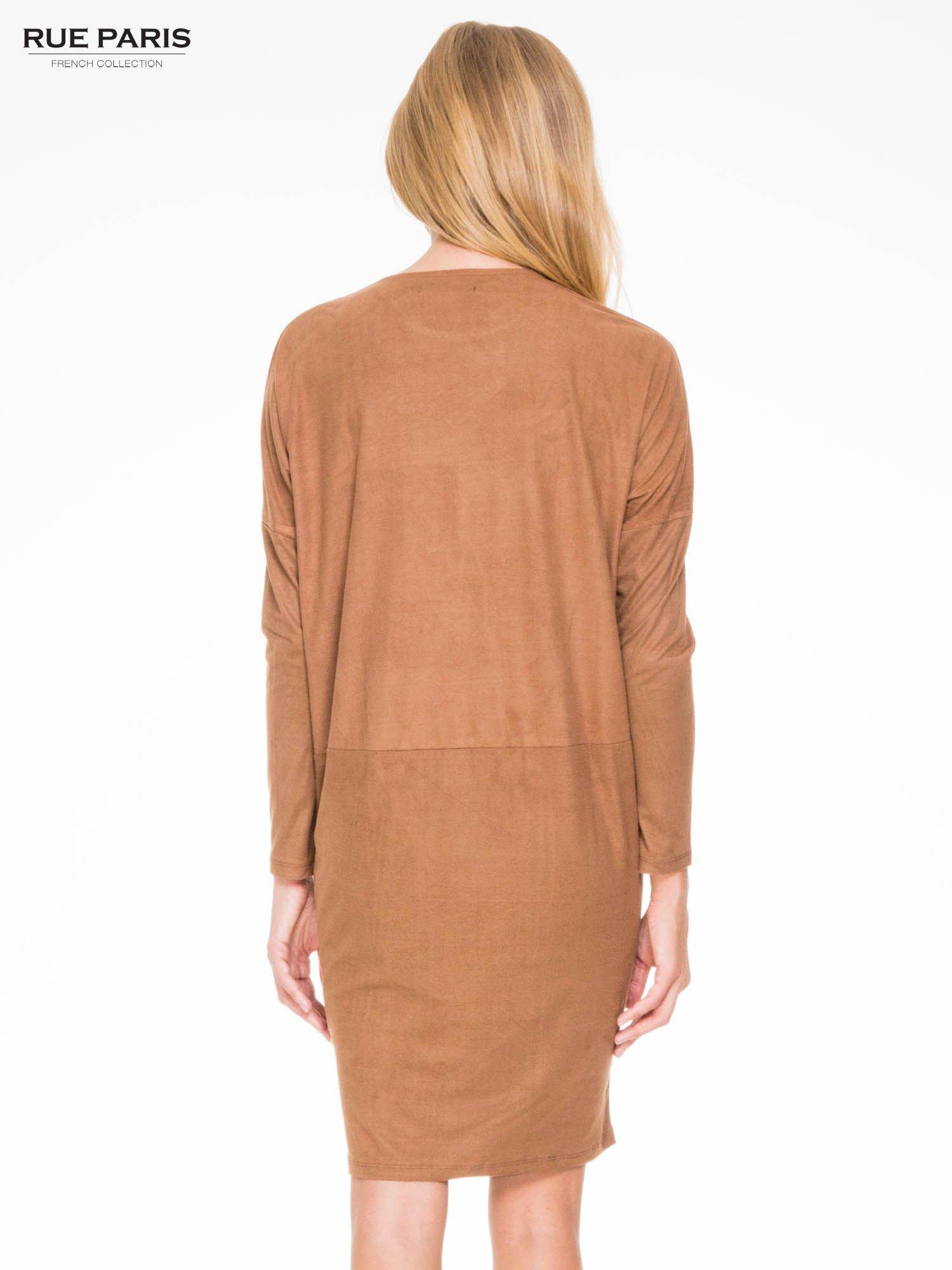 Brązowa zamszowa sukienka z luźnymi rękawami                                  zdj.                                  4