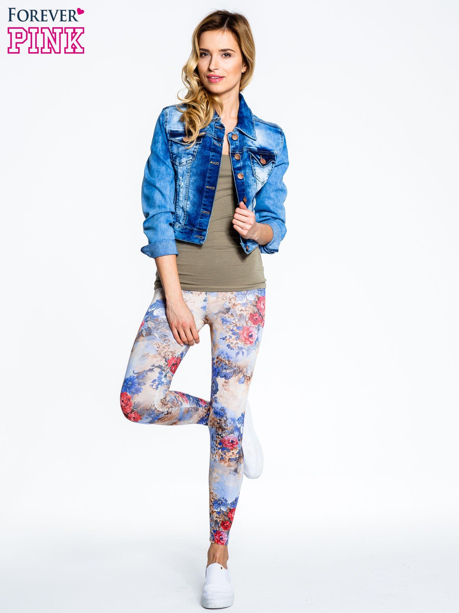 Brązowe legginsy z nadrukiem w kolorowe kwiaty                                  zdj.                                  2