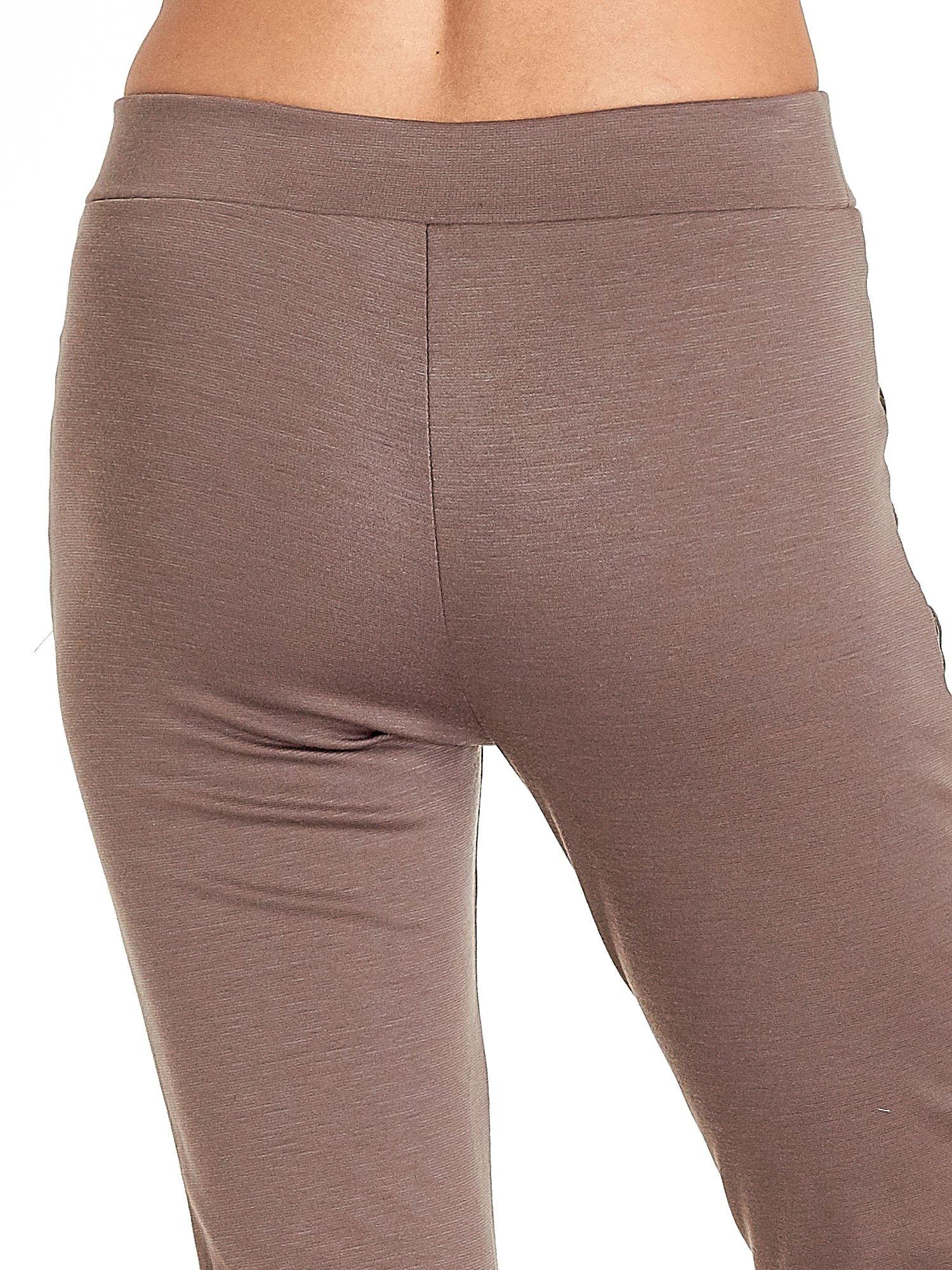 Brązowe spodnie w stylu motocyklowym ze skórzanymi wstawkami i suwakami                                  zdj.                                  6