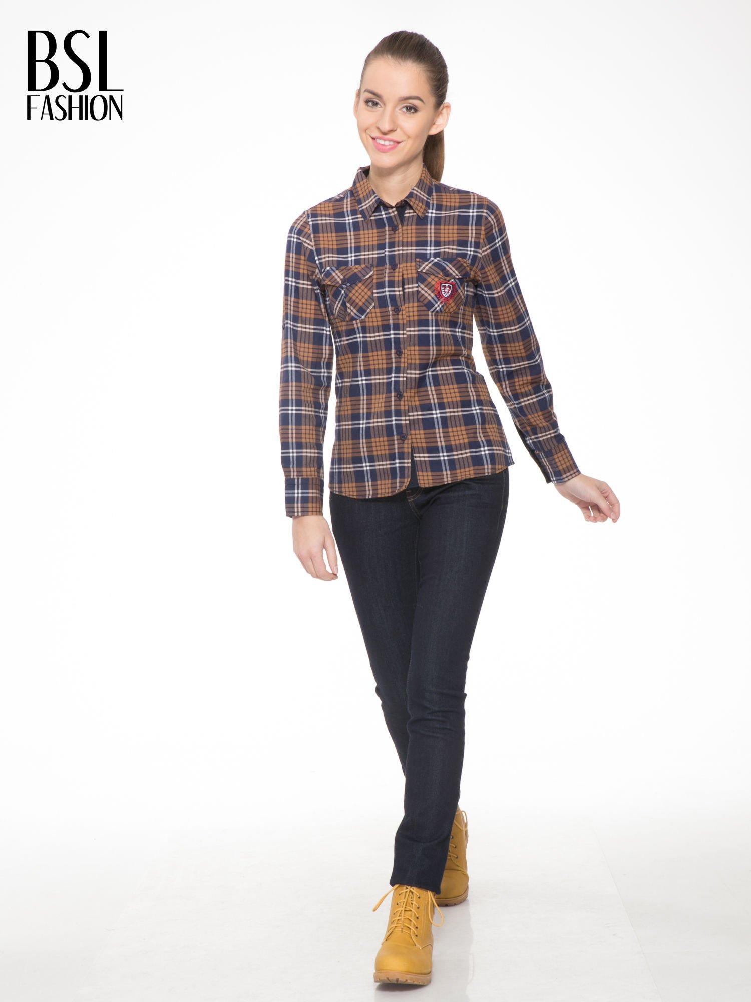 Brązowo-granatowa damska koszula w kratę z kieszonkami i naszywką                                  zdj.                                  4