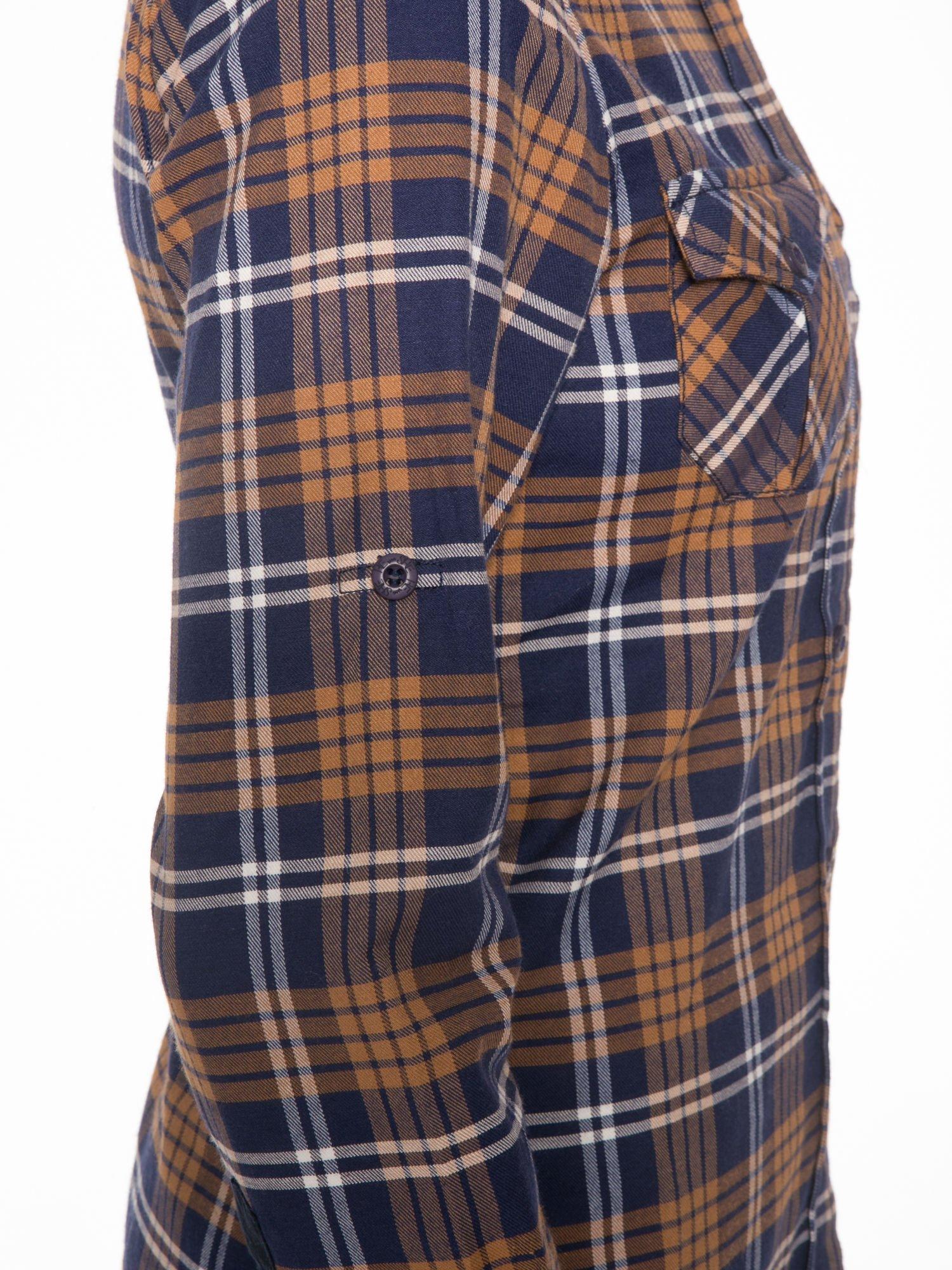 Brązowo-granatowa damska koszula w kratę z kieszonkami i naszywką                                  zdj.                                  7