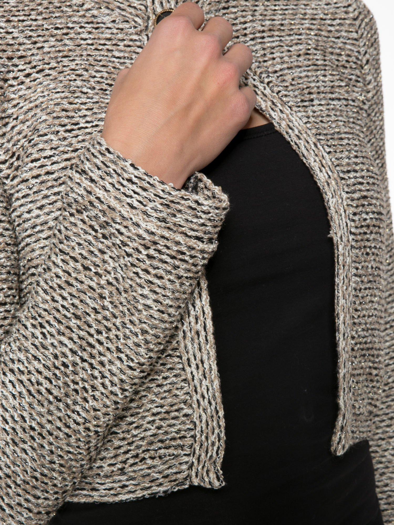 Brązowy melanżowy dzianinowy mini żakiet zapinany na jeden guzik                                  zdj.                                  7